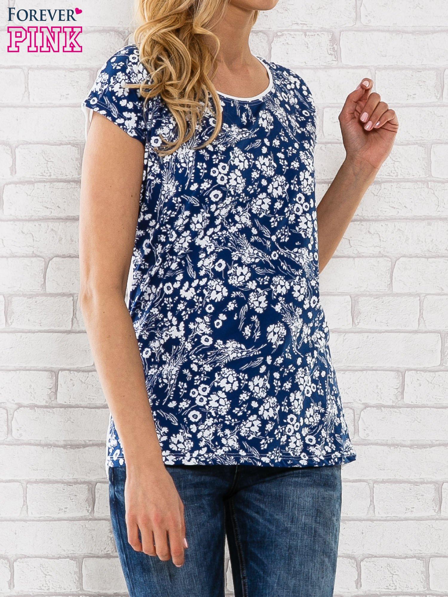 Granatowy t-shirt z białym kwiatowym motywem                                  zdj.                                  1