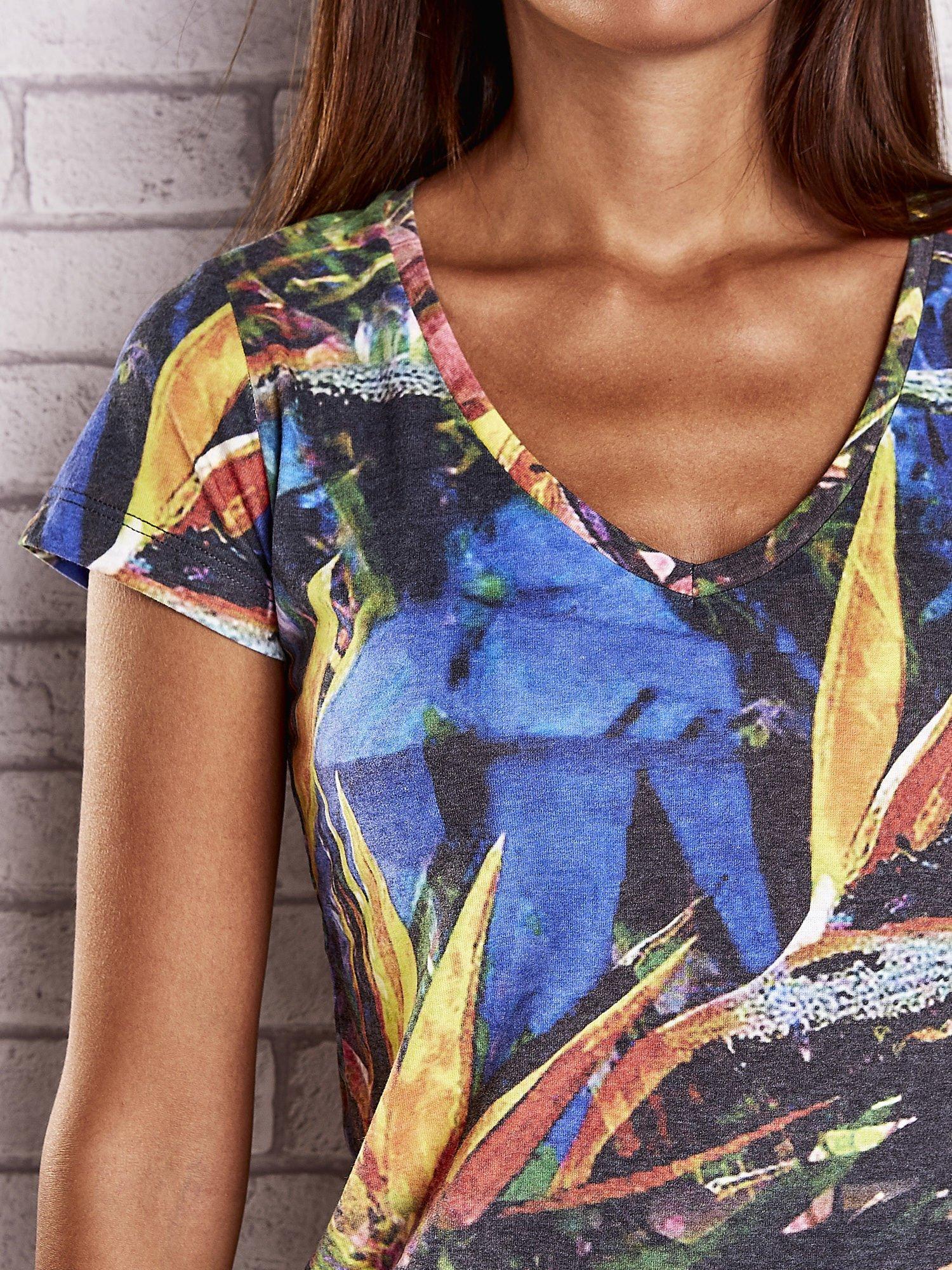Granatowy t-shirt z egzotycznym motywem roślinnym                                  zdj.                                  5