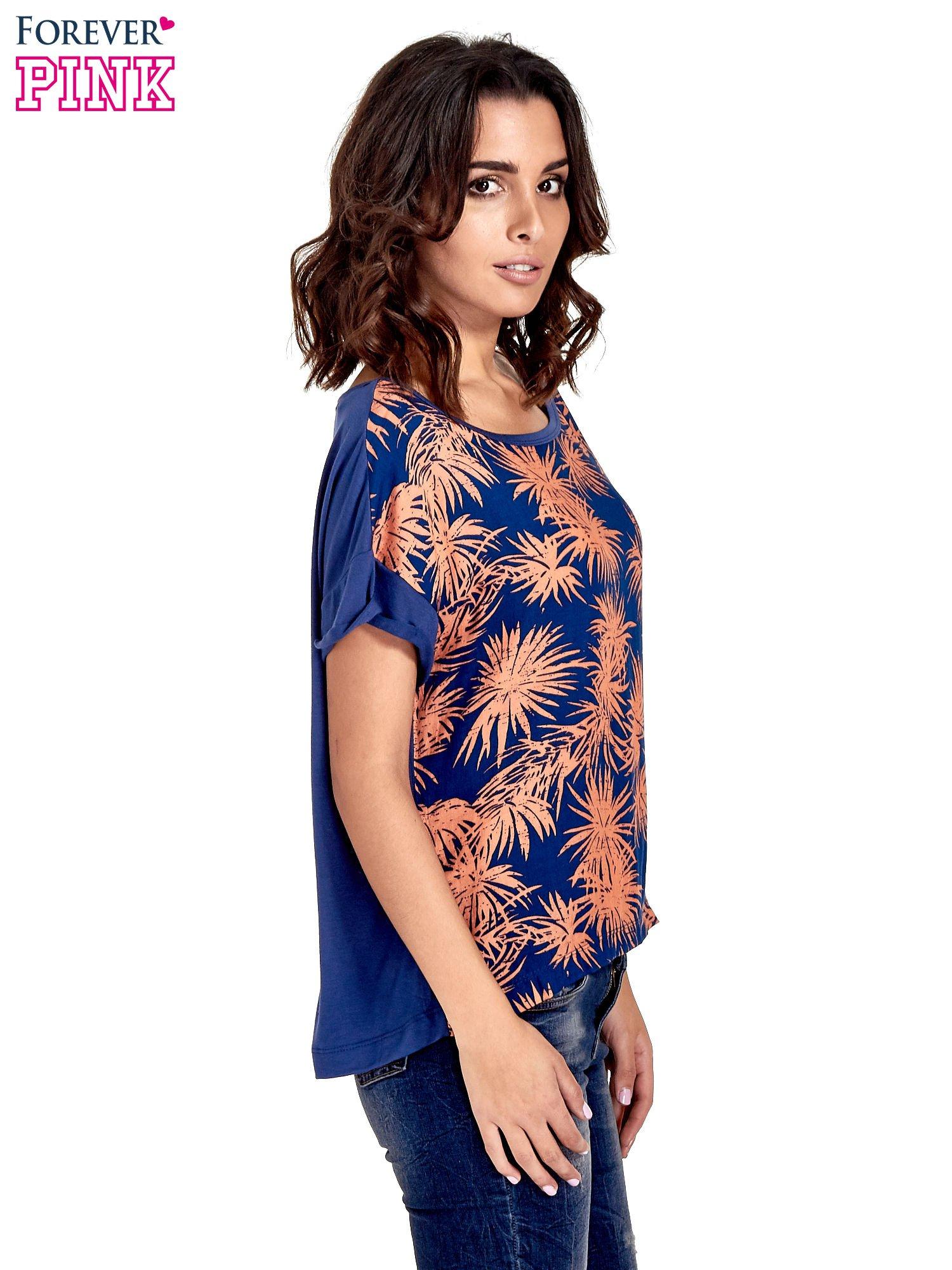Granatowy t-shirt z nadrukiem w palmy                                  zdj.                                  3