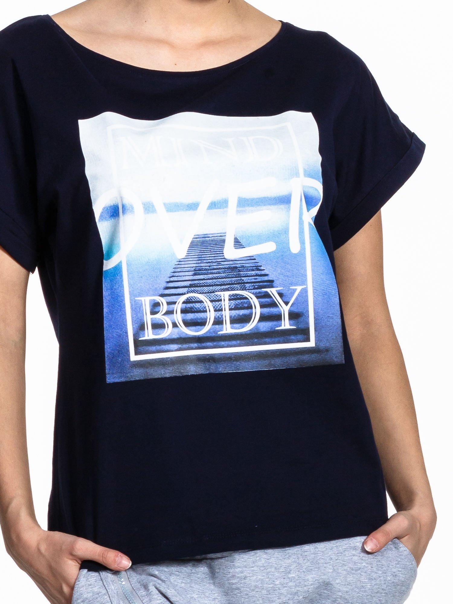 Granatowy t-shirt z napisem MIND OVER BODY                                  zdj.                                  4