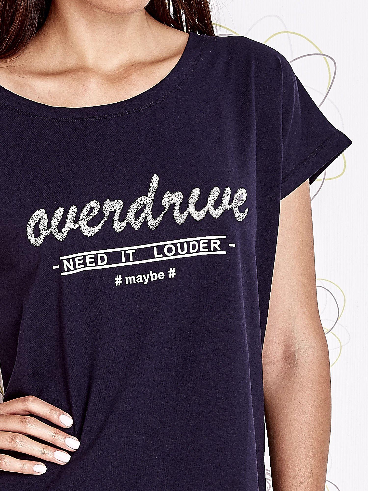 Granatowy t-shirt z napisem NEED IT LOUDER                                  zdj.                                  5