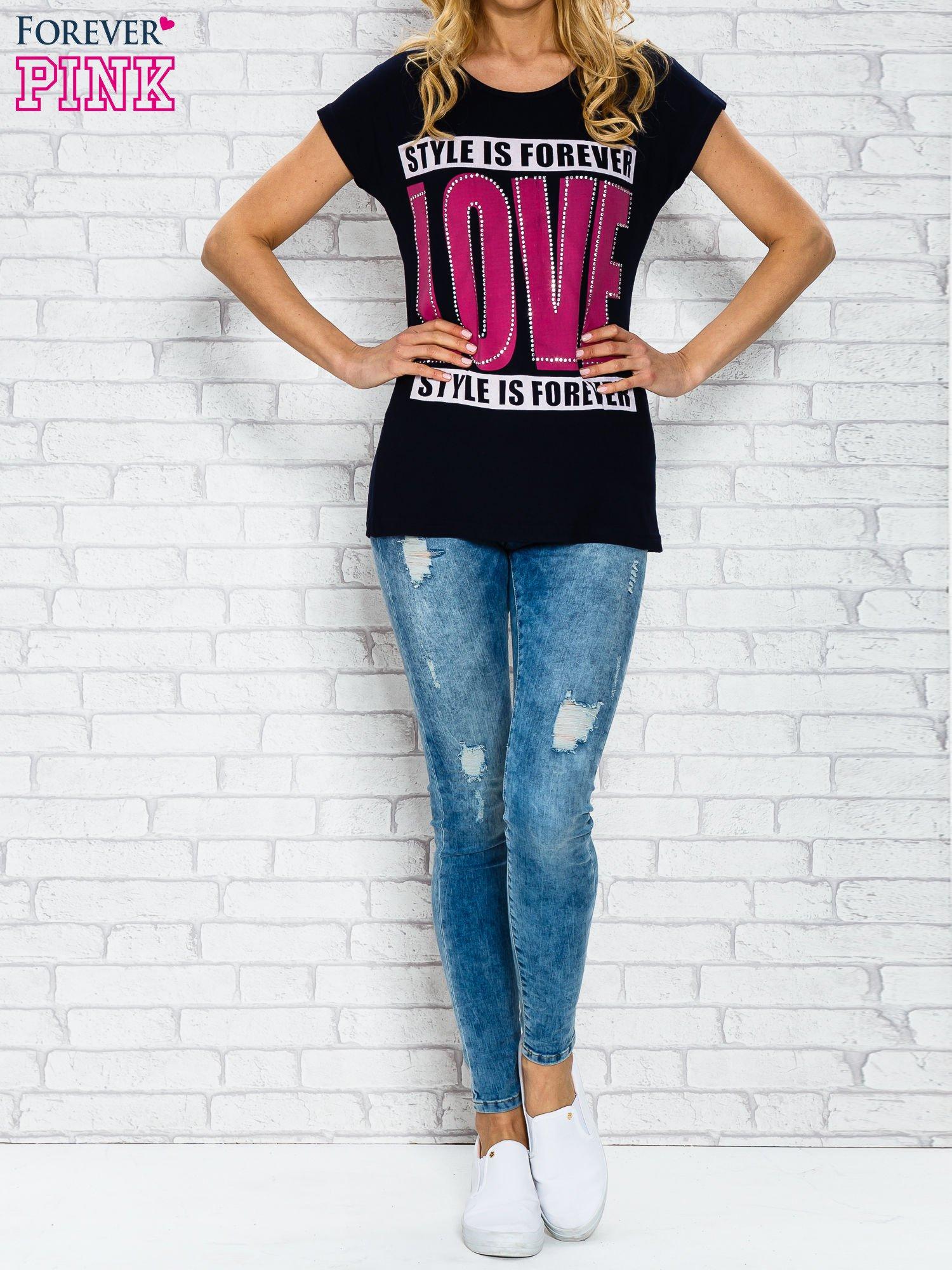 Granatowy t-shirt z napisem STYLE IS FOREVER LOVE z dżetami                                  zdj.                                  4