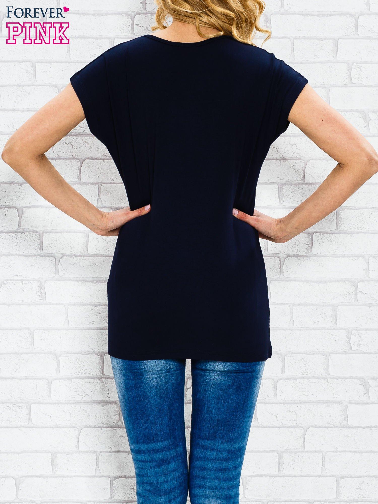 Granatowy t-shirt z napisem TOO VOGUE FOR YOU z dżetami                                  zdj.                                  2