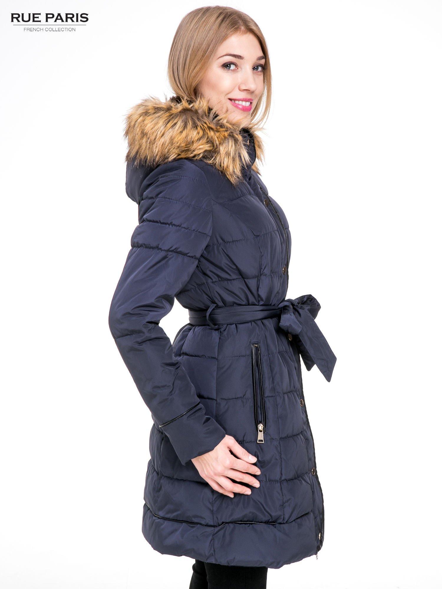 Granatowy taliowany płaszcz puchowy z kapturem z futerkiem                                  zdj.                                  3