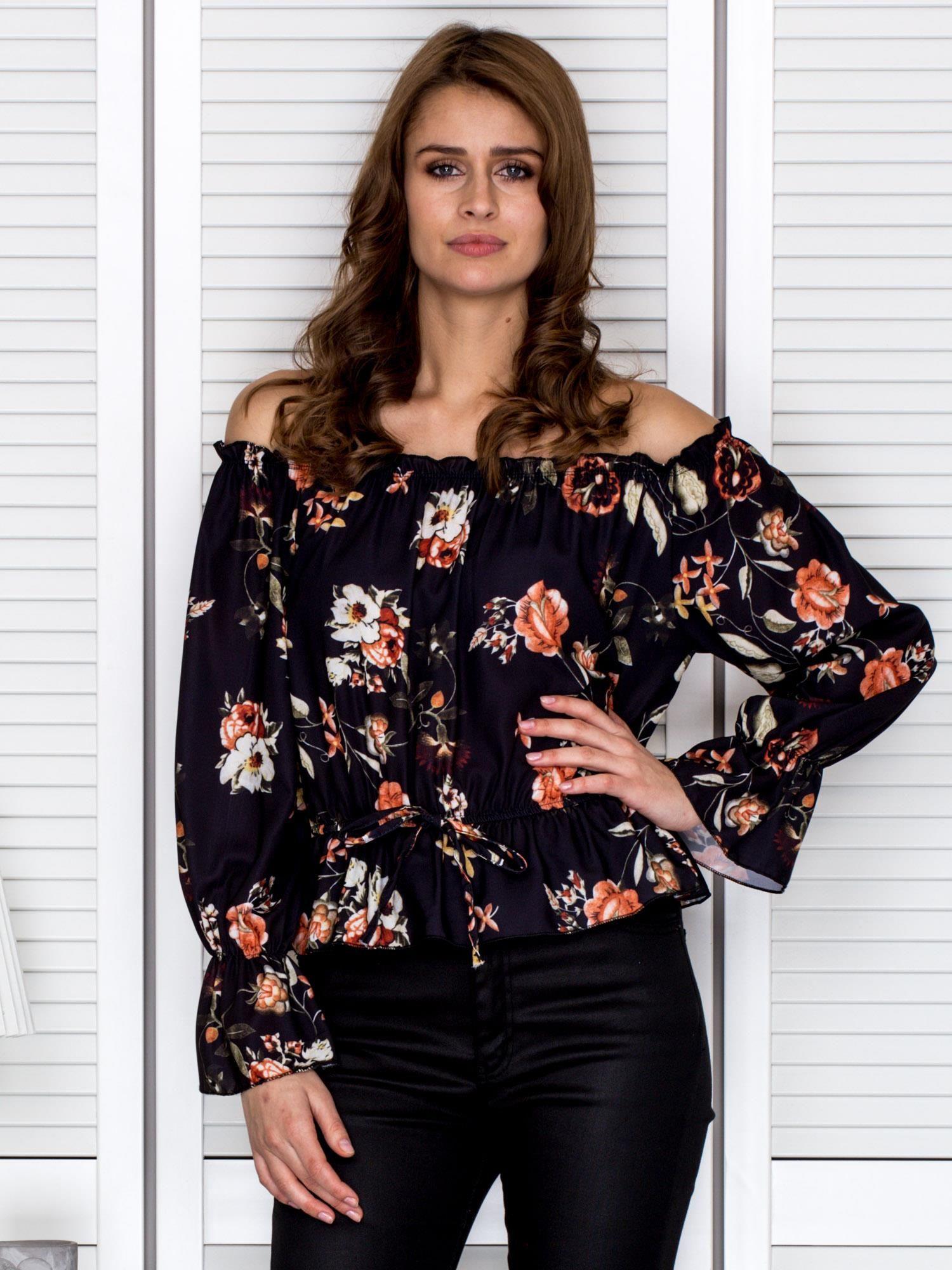 5e2c0353cebf Hiszpańska bluzka z gumką przy dekolcie w kwiaty czarna - Bluzka na ...