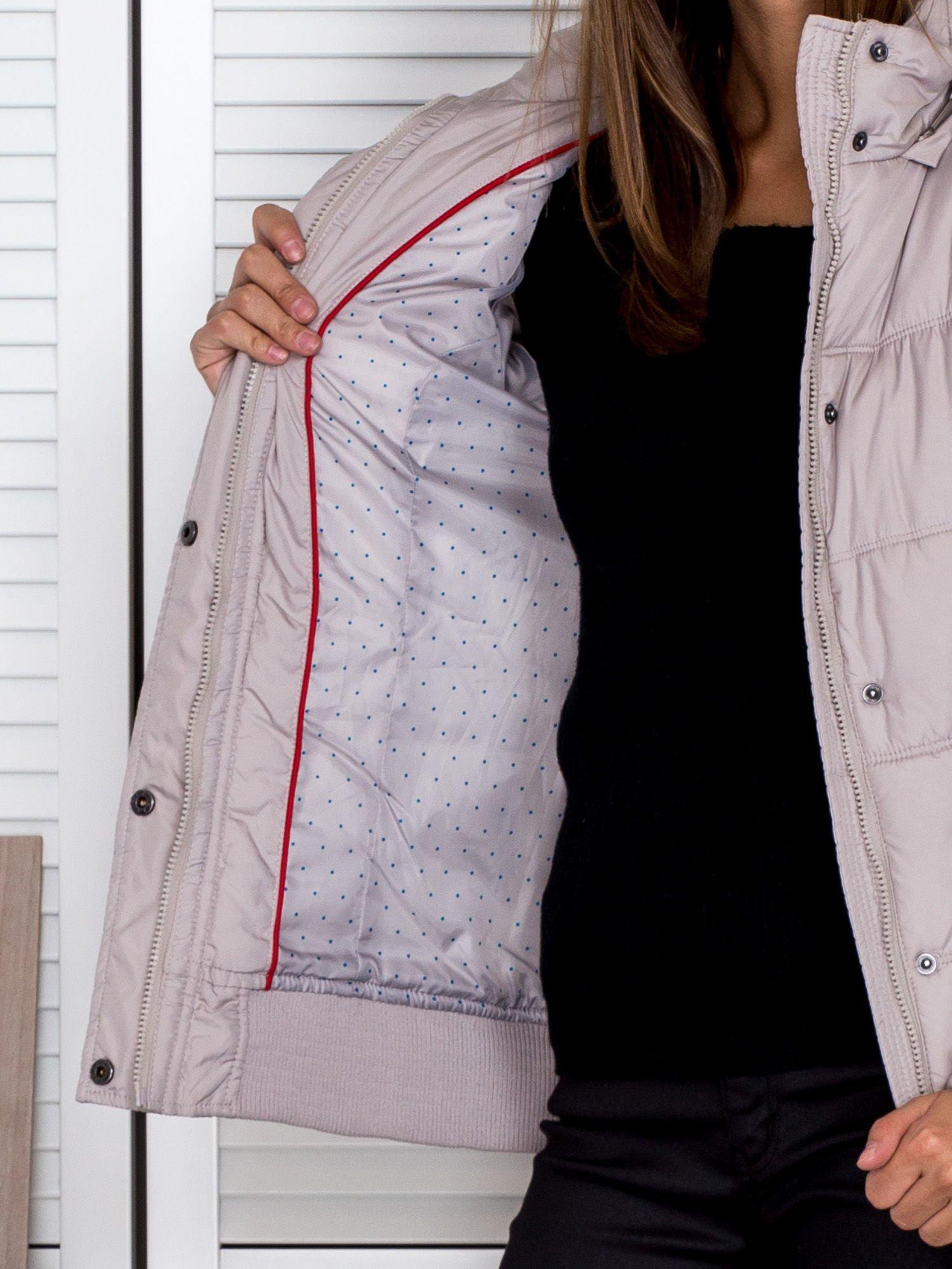 Jasnobeżowa kurtka puchowa z kapturem z futerkiem                                  zdj.                                  4