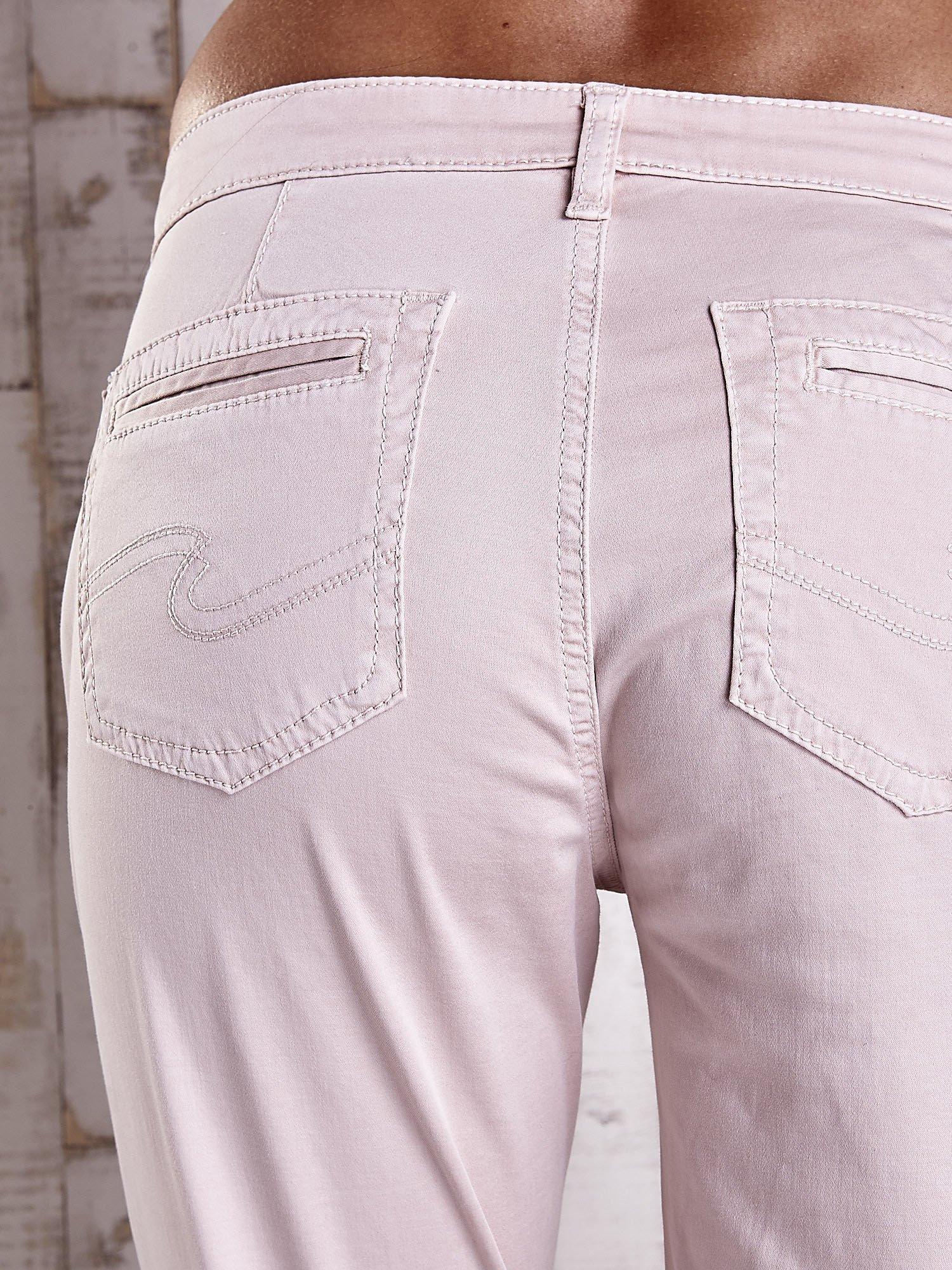 Jasnobeżowe materiałowe spodnie z przeszyciami na kieszeniach                                  zdj.                                  6