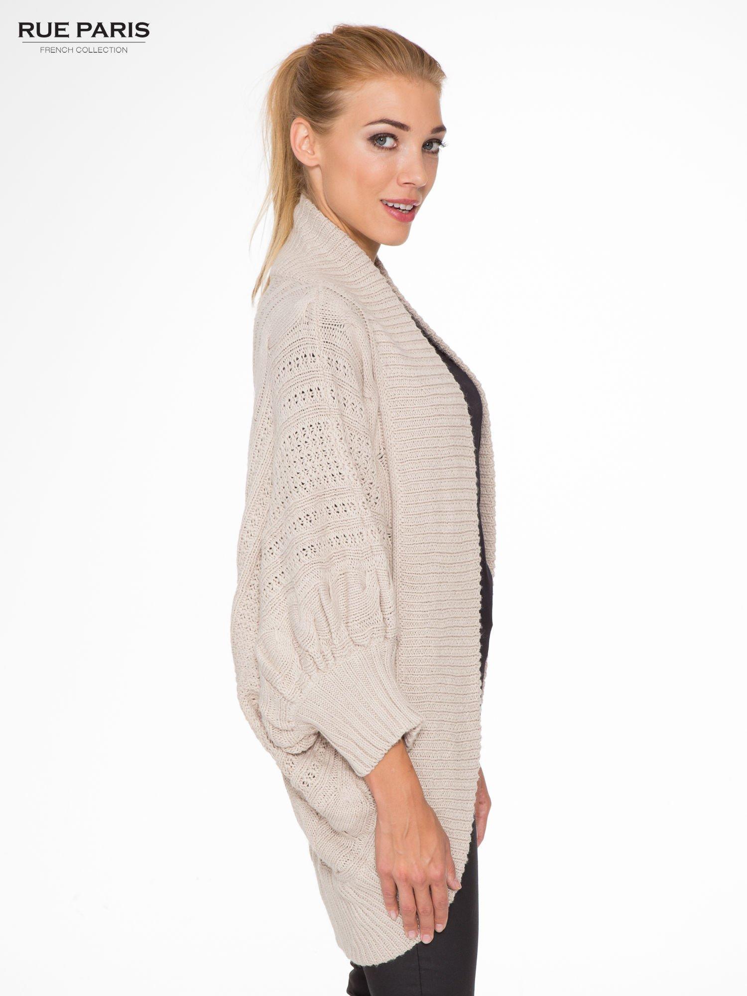 Jasnobeżowy dziergany sweter typu otwarty kardigan                                  zdj.                                  3