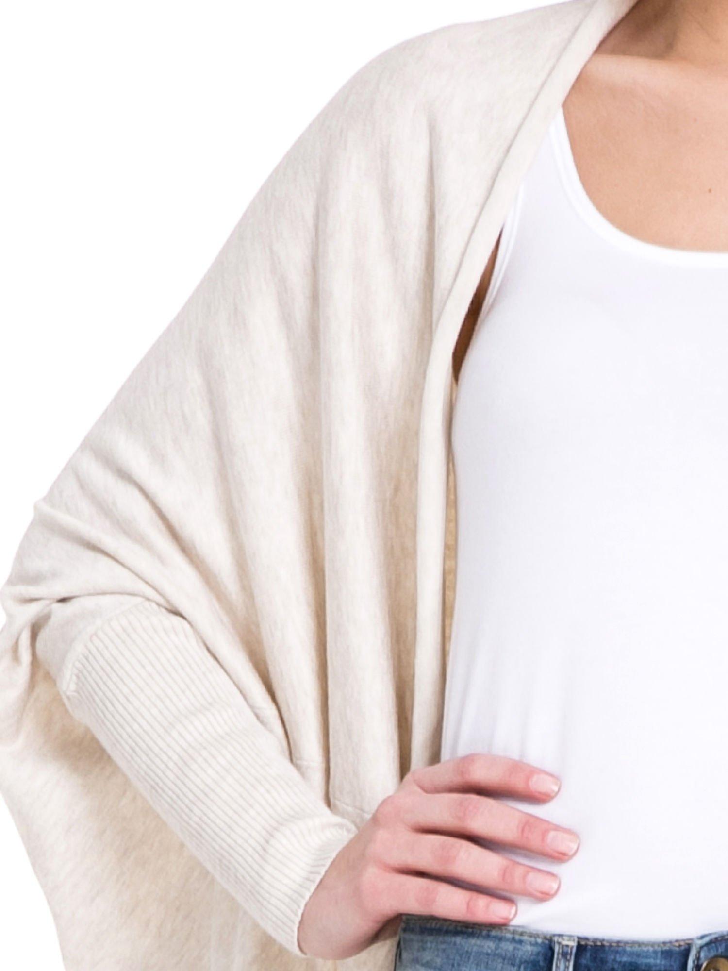 Jasnobeżowy sweter narzutka z nietoperzowymi rękawami                                  zdj.                                  5