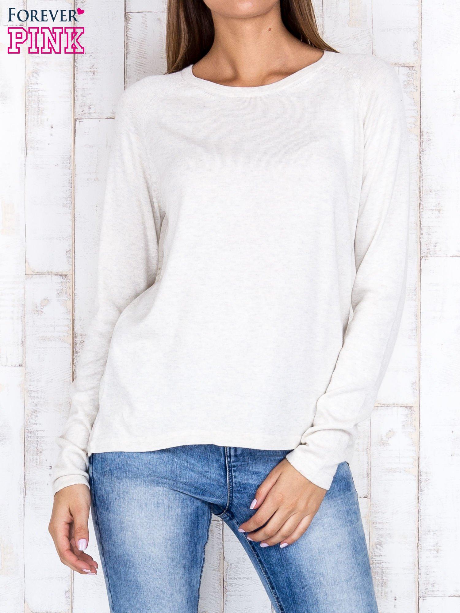 Jasnobeżowy sweter z dłuższym tyłem i zakładką na plecach                                  zdj.                                  1