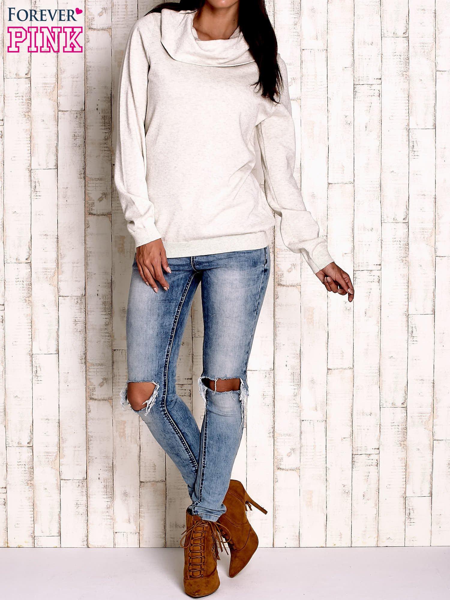Jasnobeżowy sweter z szerokim golfem                                  zdj.                                  2