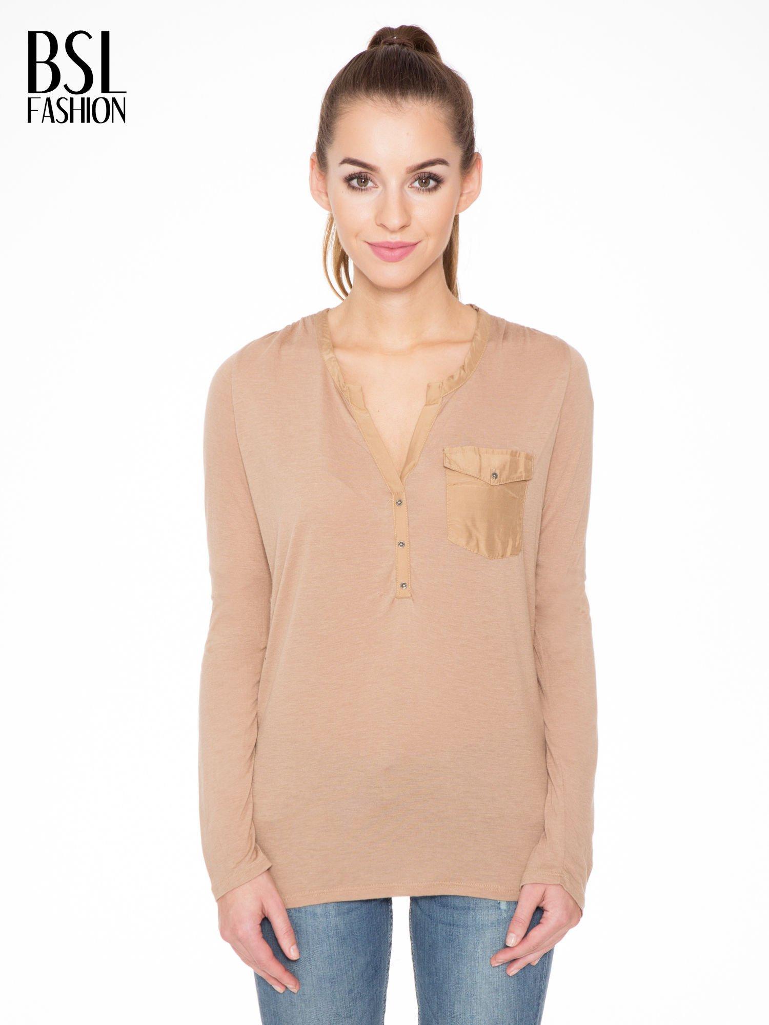Jasnobrązowa bluzka z atłasowym obszyciem przy dekolcie i kieszonką                                  zdj.                                  1