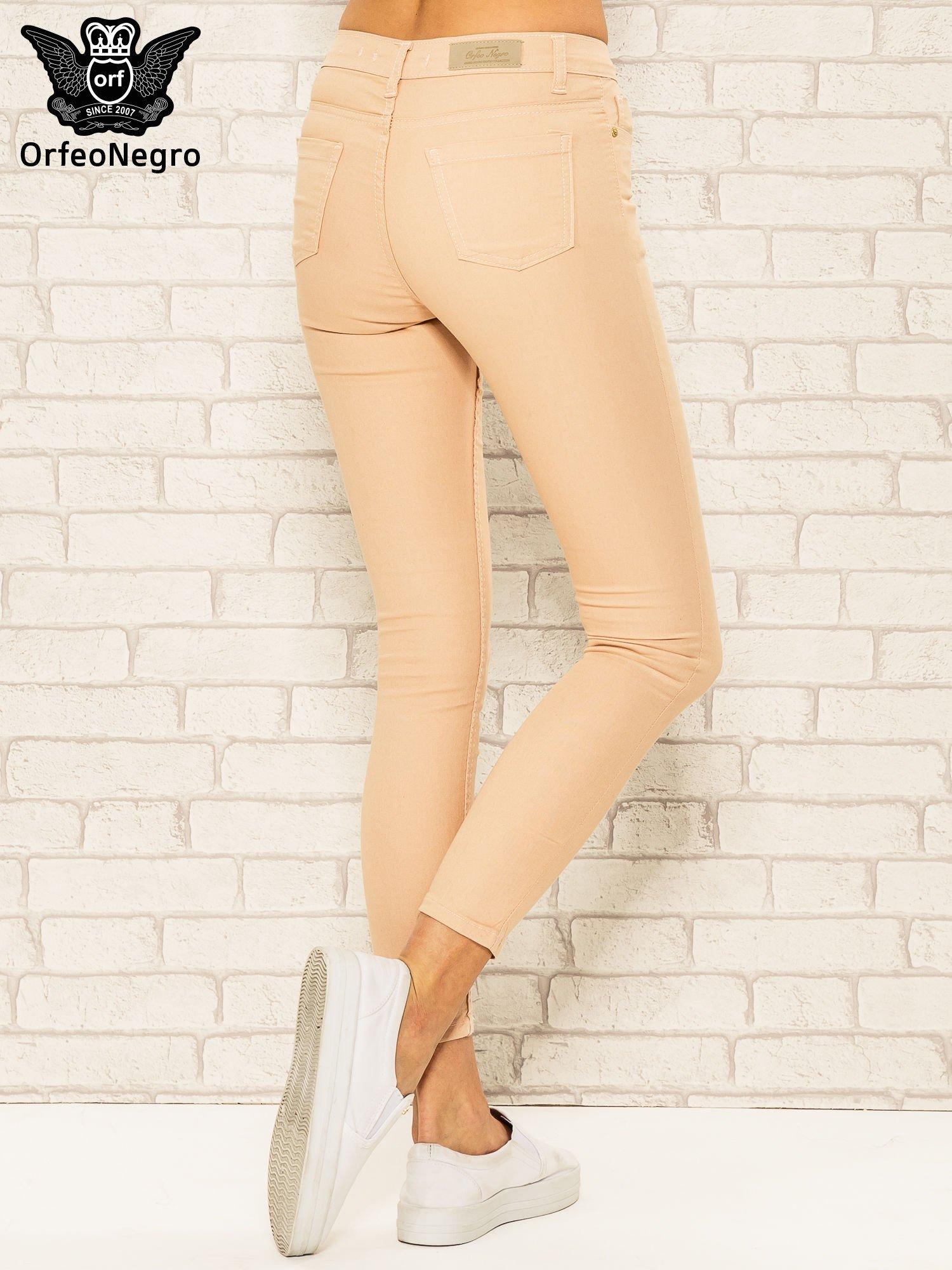 Jasnobrązowe spodnie rurki skinny z kieszeniami                                  zdj.                                  4