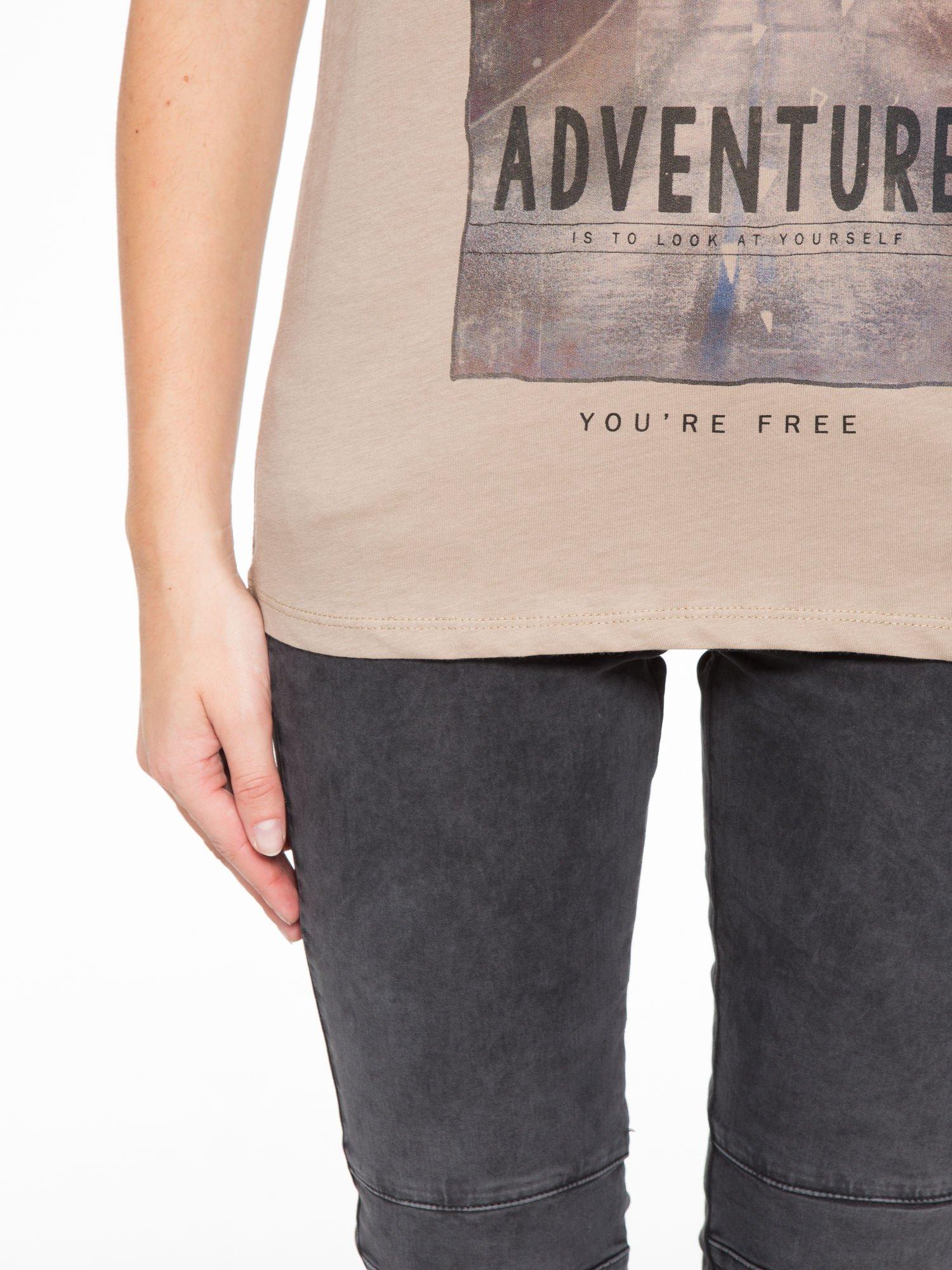 Jasnobrązowy t-shirt z fotografią drogi i napisem ADVENTURE                                  zdj.                                  7