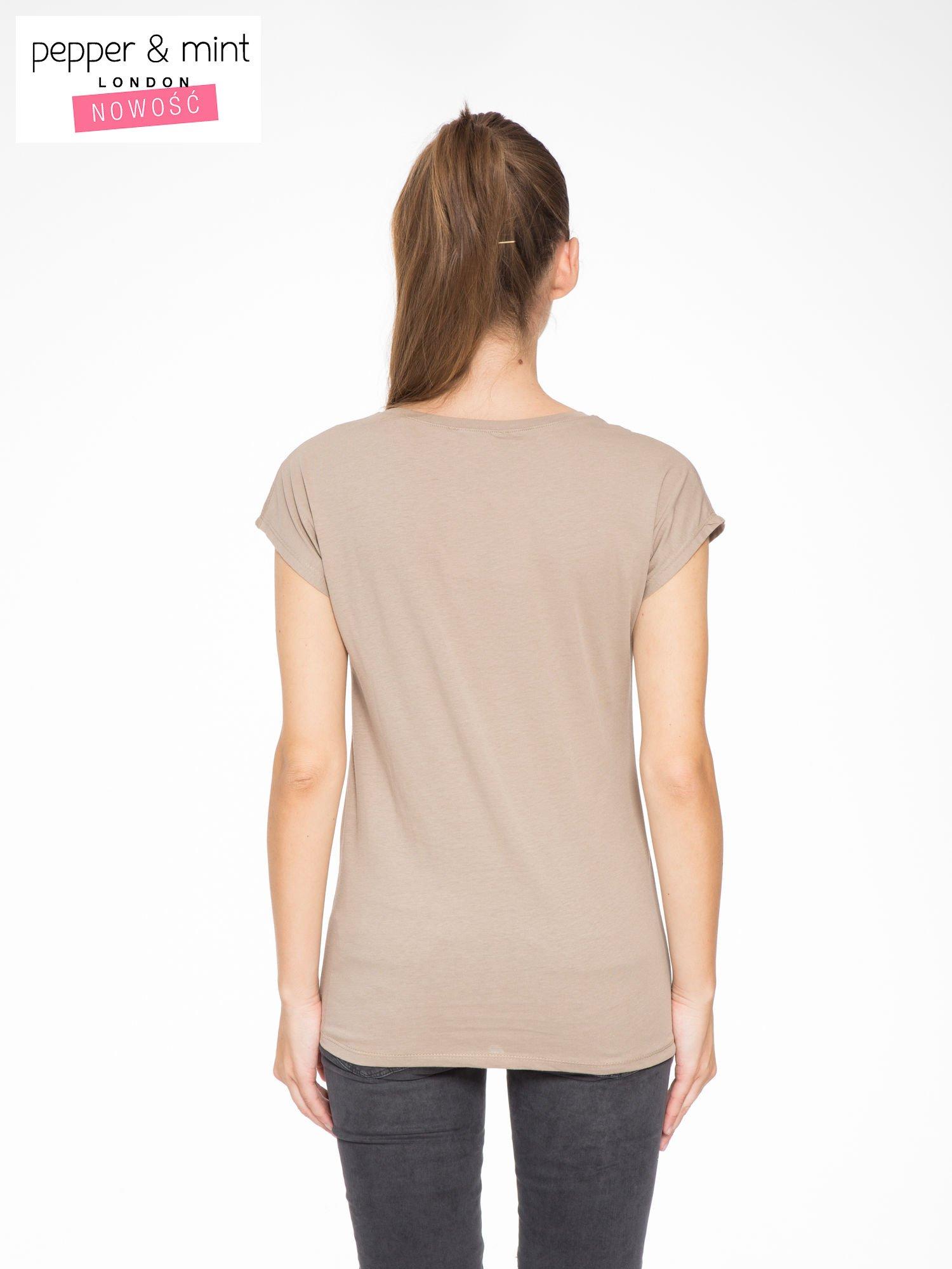 Jasnobrązowy t-shirt z fotografią drogi i napisem ADVENTURE                                  zdj.                                  4