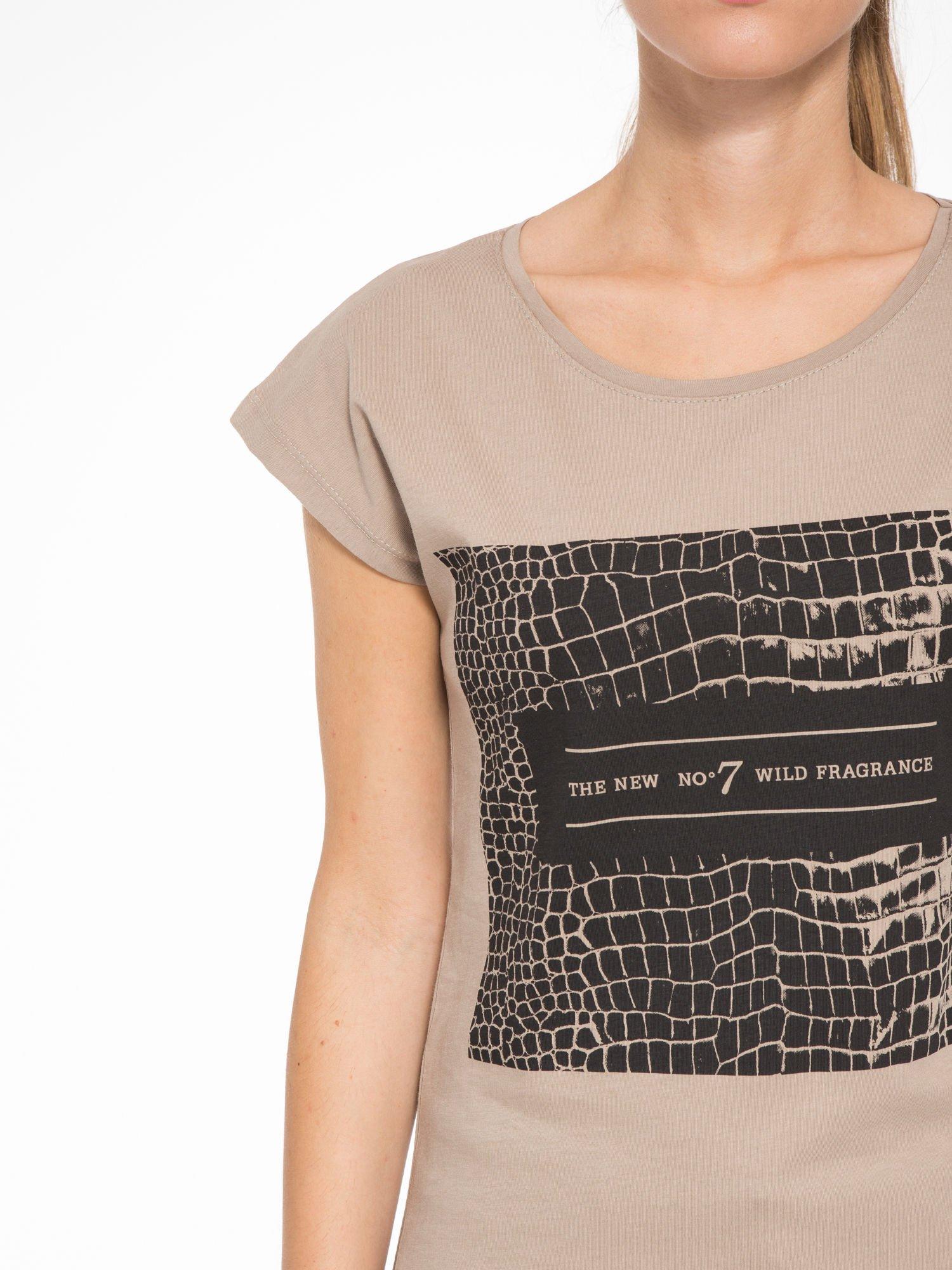 Jasnobrązowy t-shirt z motywem zwierzęcym                                  zdj.                                  6