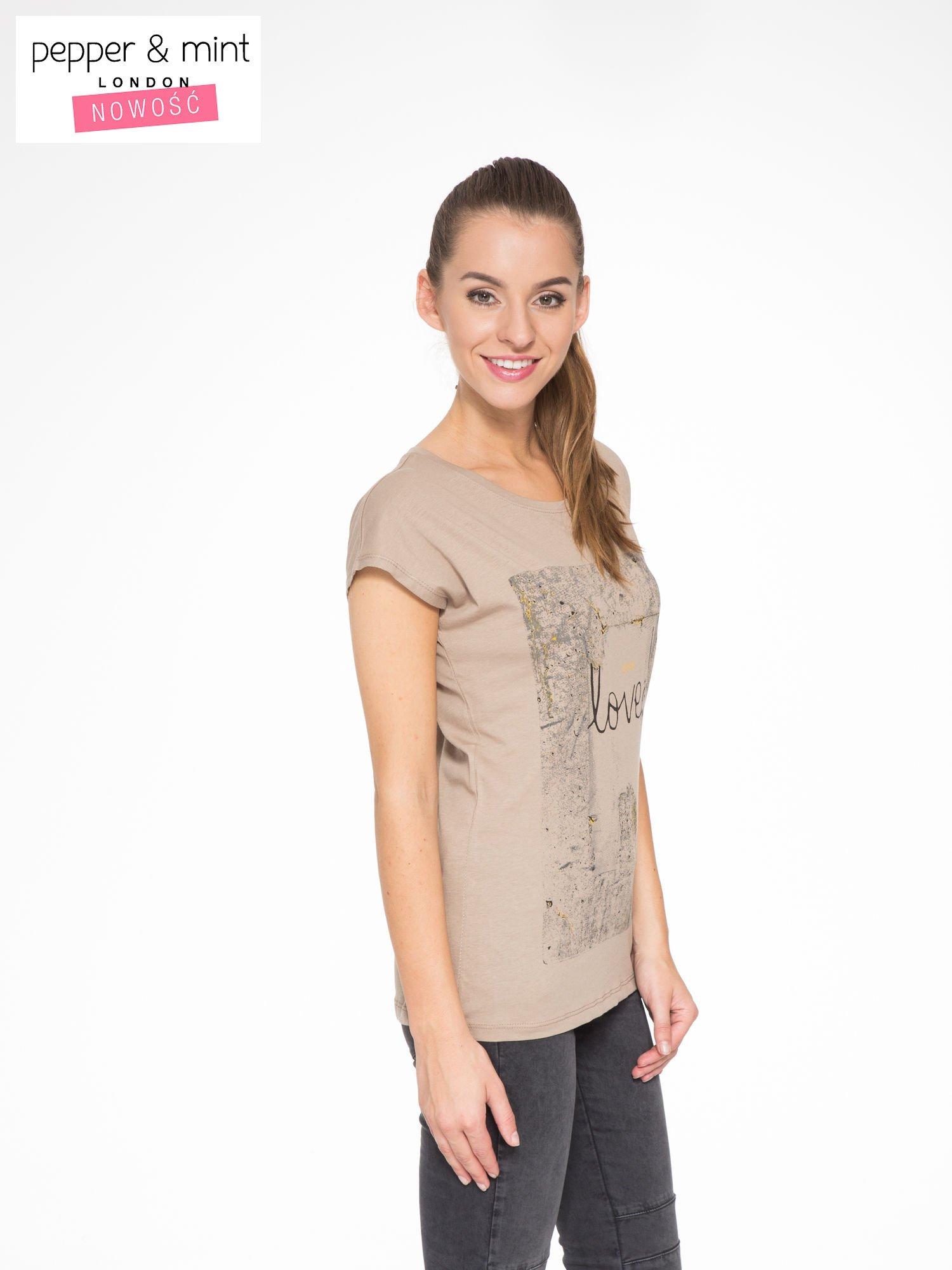 Jasnobrązowy t-shirt z napisem SHE LOVED                                  zdj.                                  3