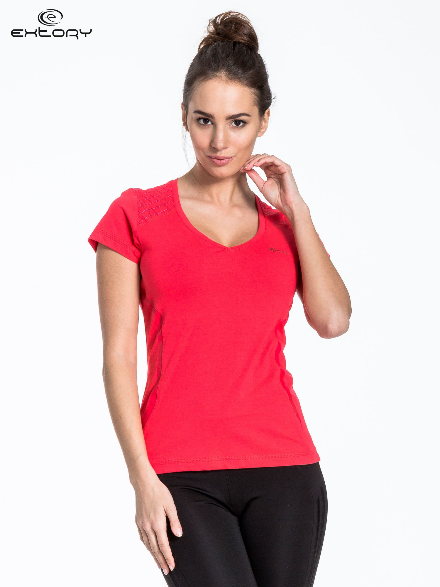 Jasnoczerwony t-shirt sportowy z pikowaną wstawką                                  zdj.                                  1