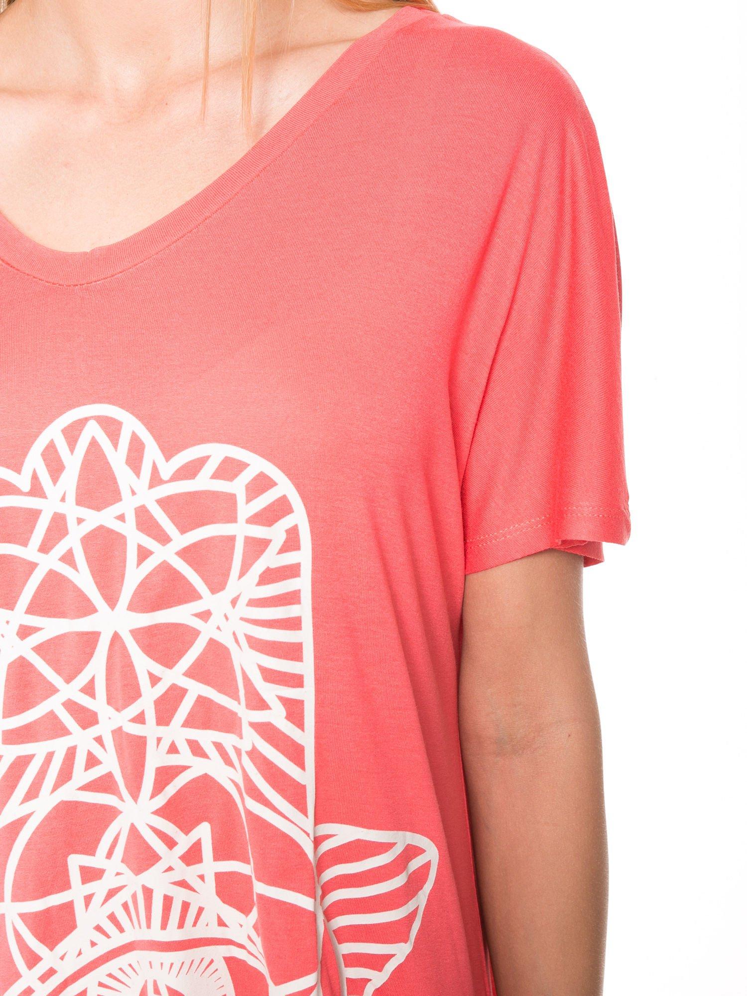Jasnoczerwony t-shirt z ornamentowym nadrukiem                                  zdj.                                  9