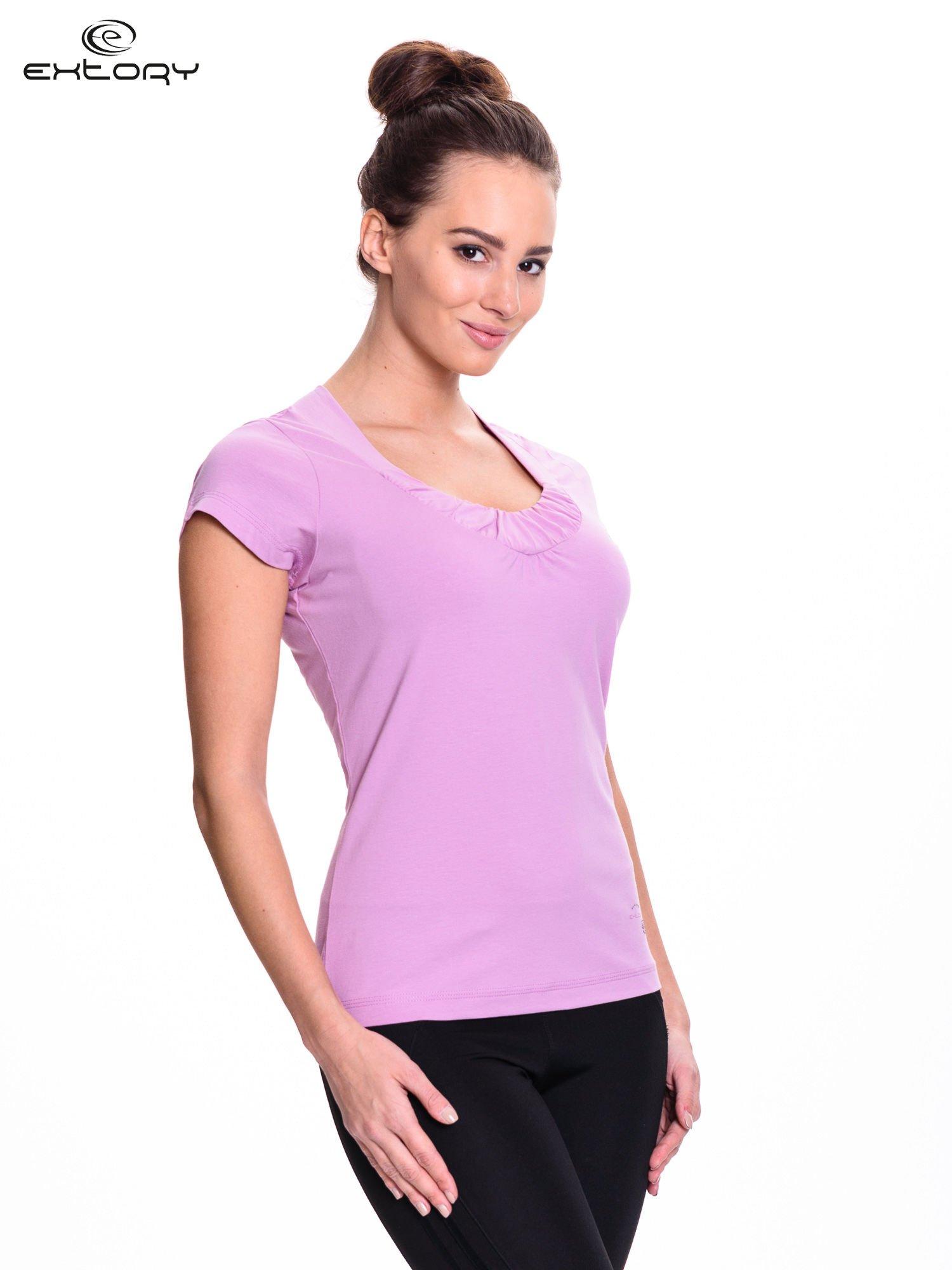 Jasnofioletowy damski t-shirt sportowy z marszczonym dekoltem                                  zdj.                                  3