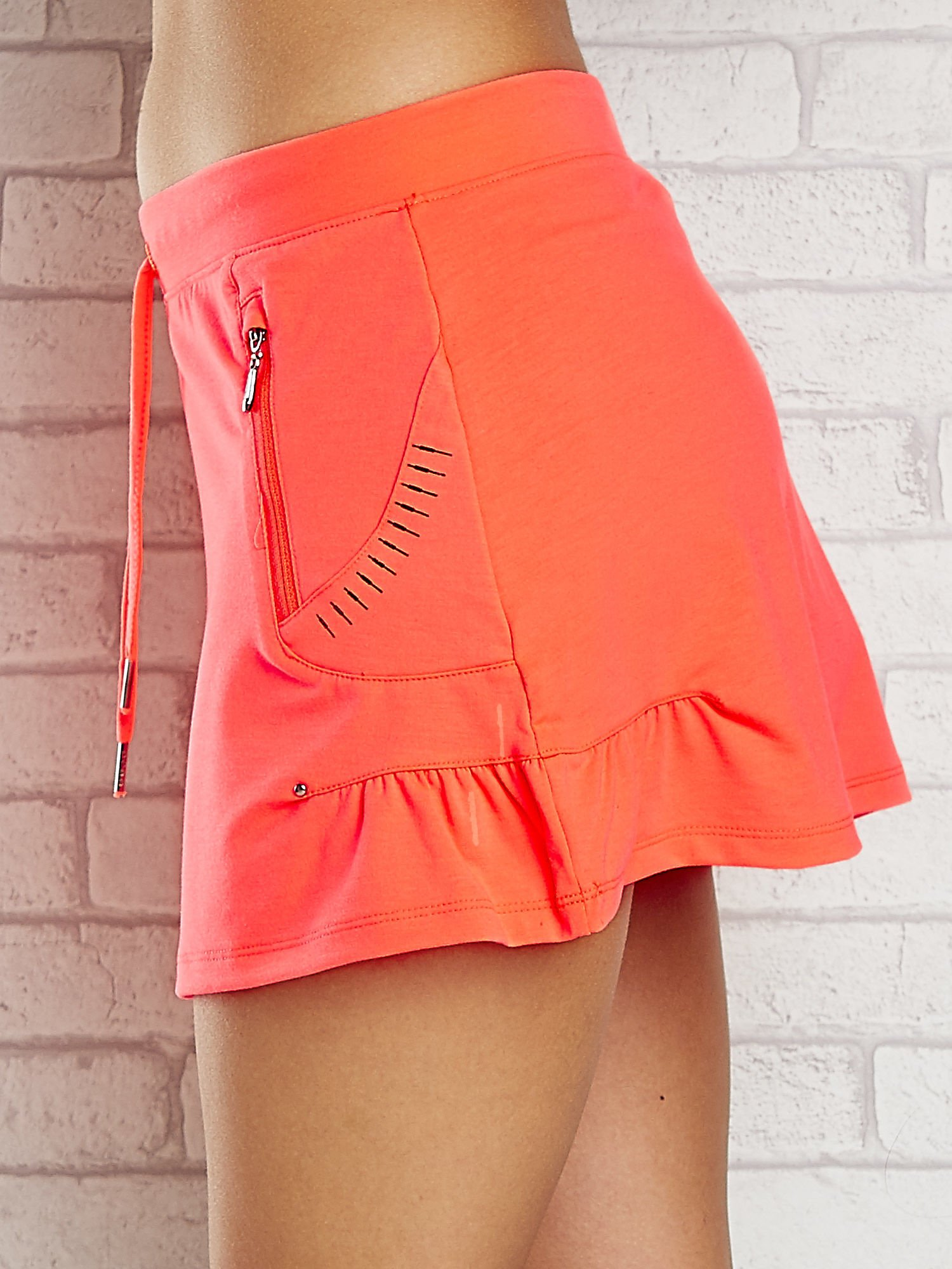 Jasnokoralowa spódnica dresowa z troczkami i kieszonką                                  zdj.                                  5
