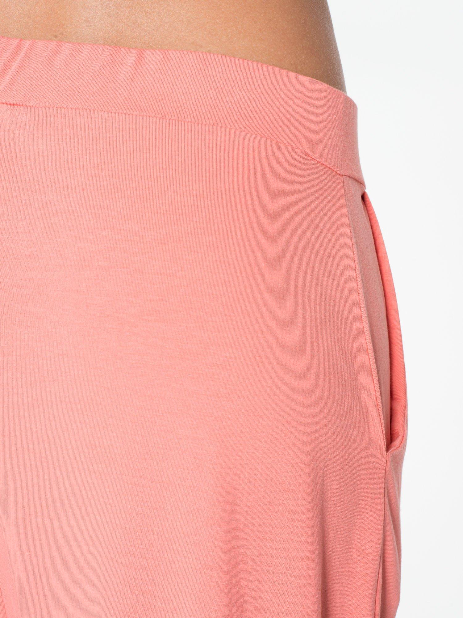 Jasnokoralowe spodnie dresowe typu baggy z guziczkami                                  zdj.                                  8
