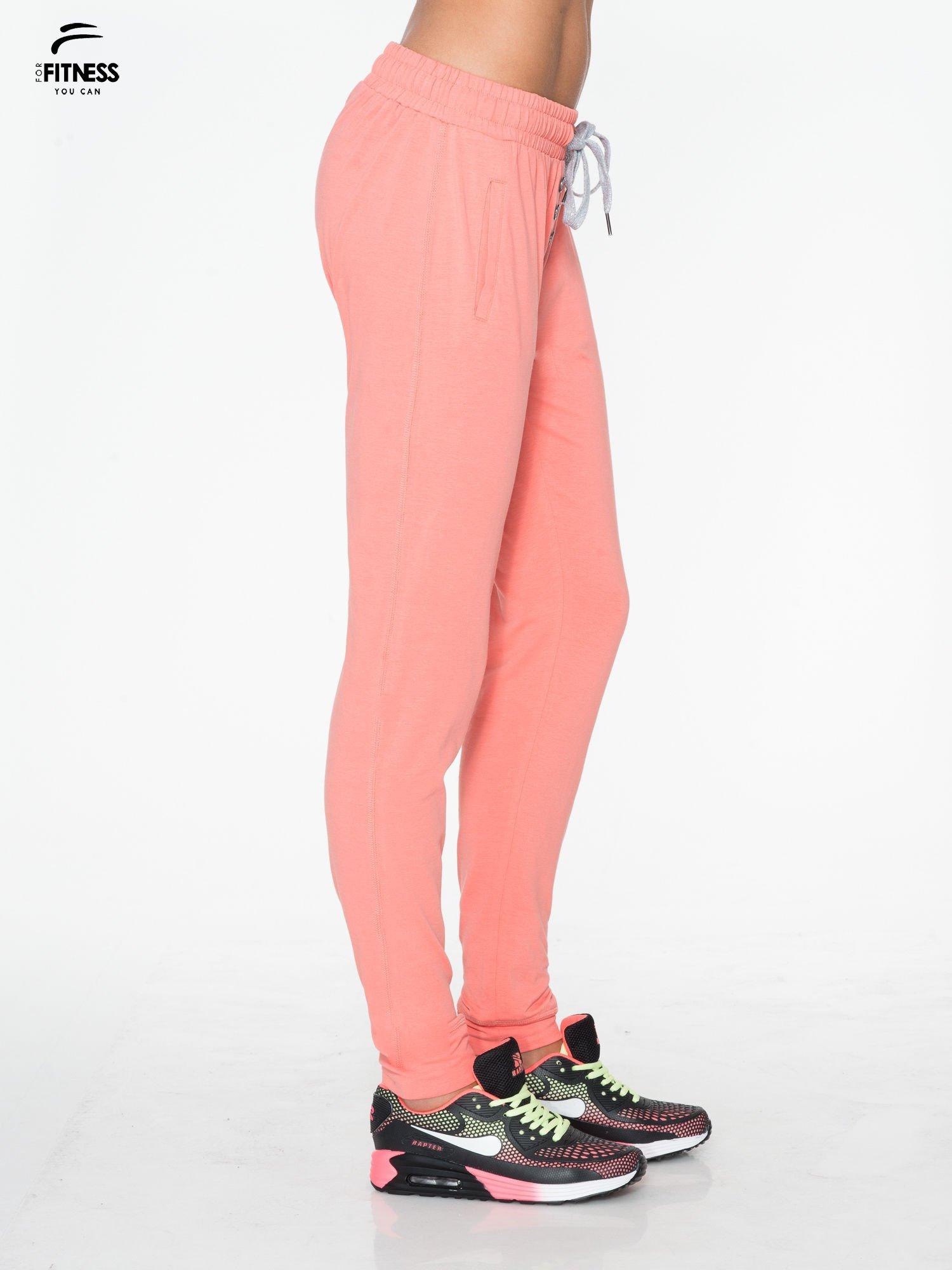 Jasnokoralowe spodnie dresowe typu baggy z guzikami                                  zdj.                                  2