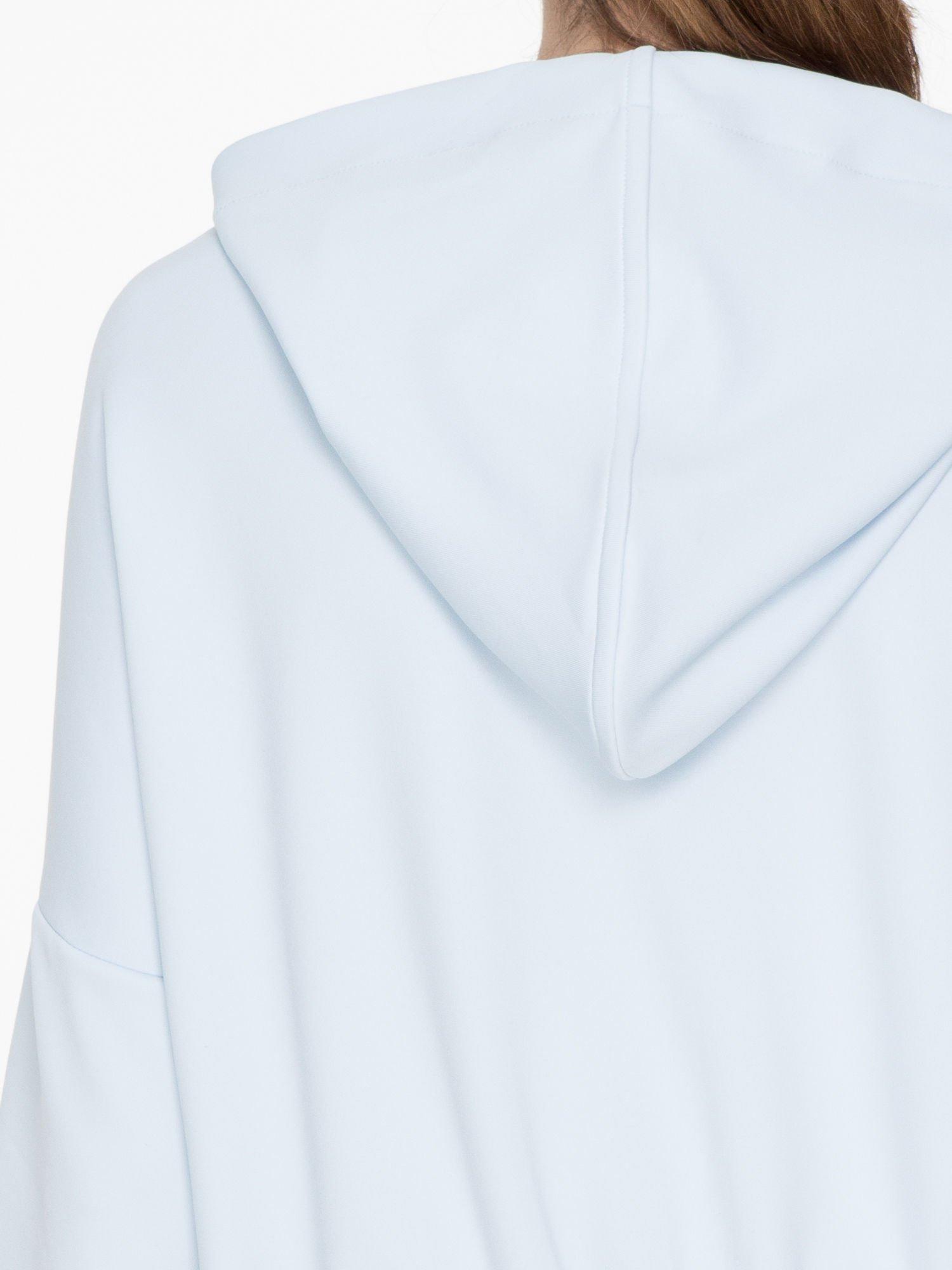 Jasnoniebieska bluza z kapturem o nietoperzowym kroju                                  zdj.                                  7