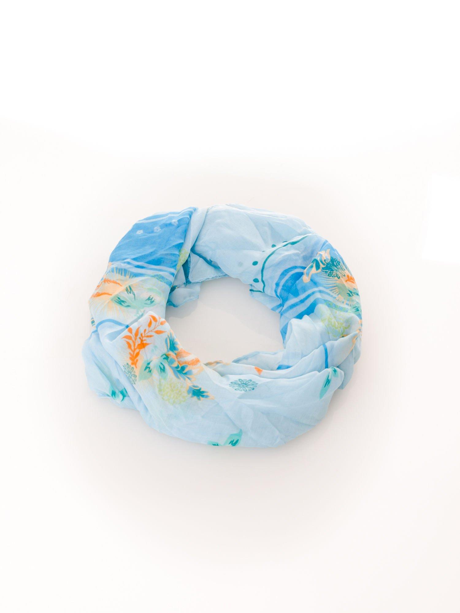 Jasnoniebieska chusta w kwiaty                                  zdj.                                  2
