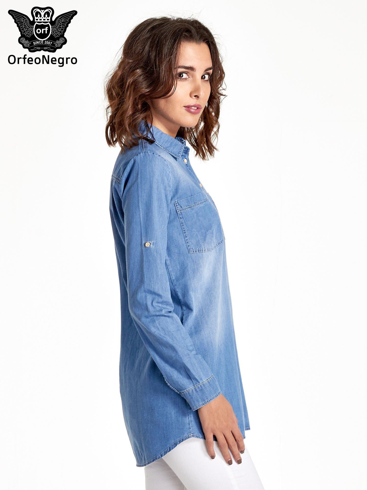 Jasnoniebieska jeansowa długa koszula z kieszeniami                                  zdj.                                  3