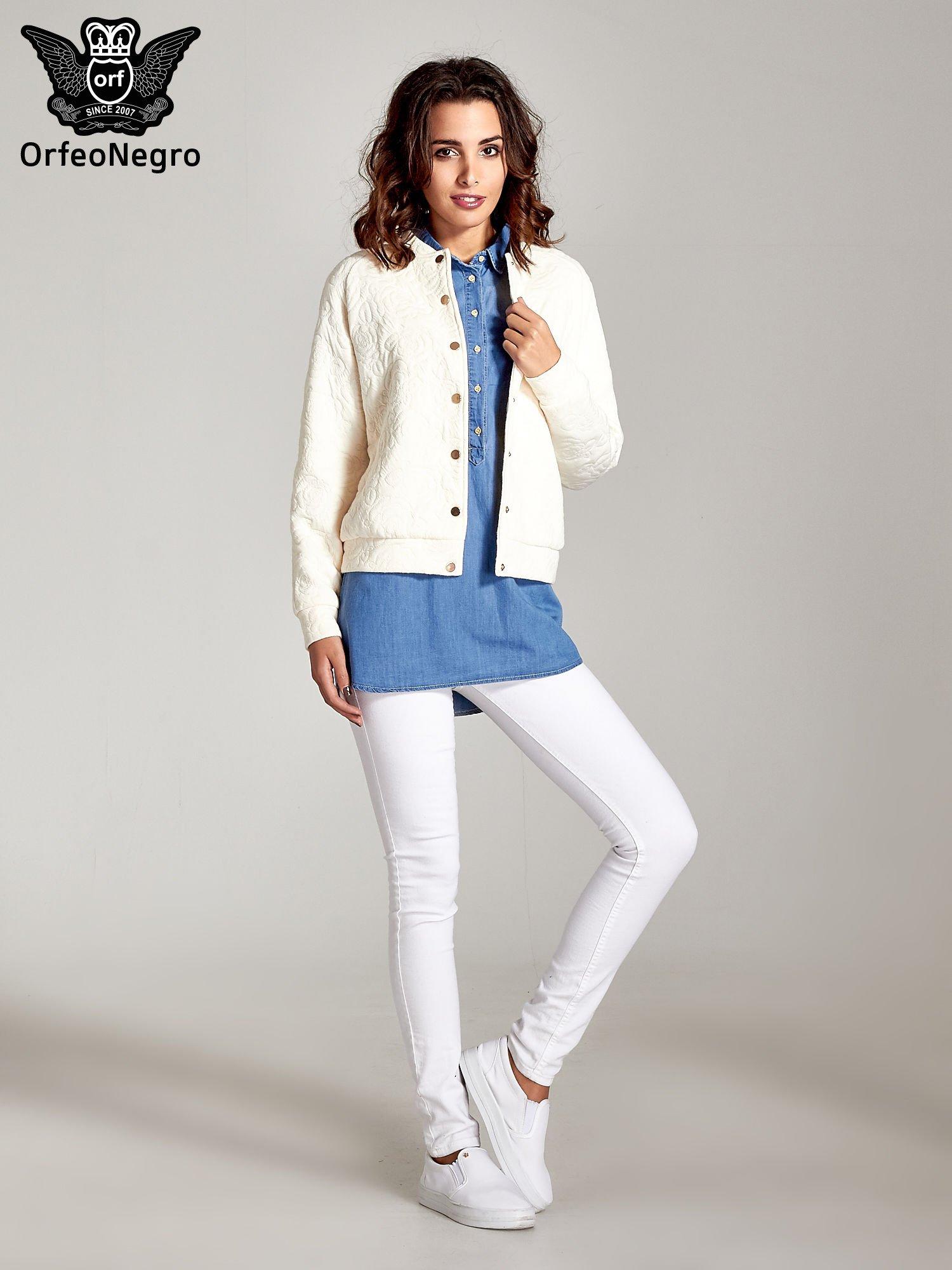 Jasnoniebieska jeansowa długa koszula z kieszeniami                                  zdj.                                  2