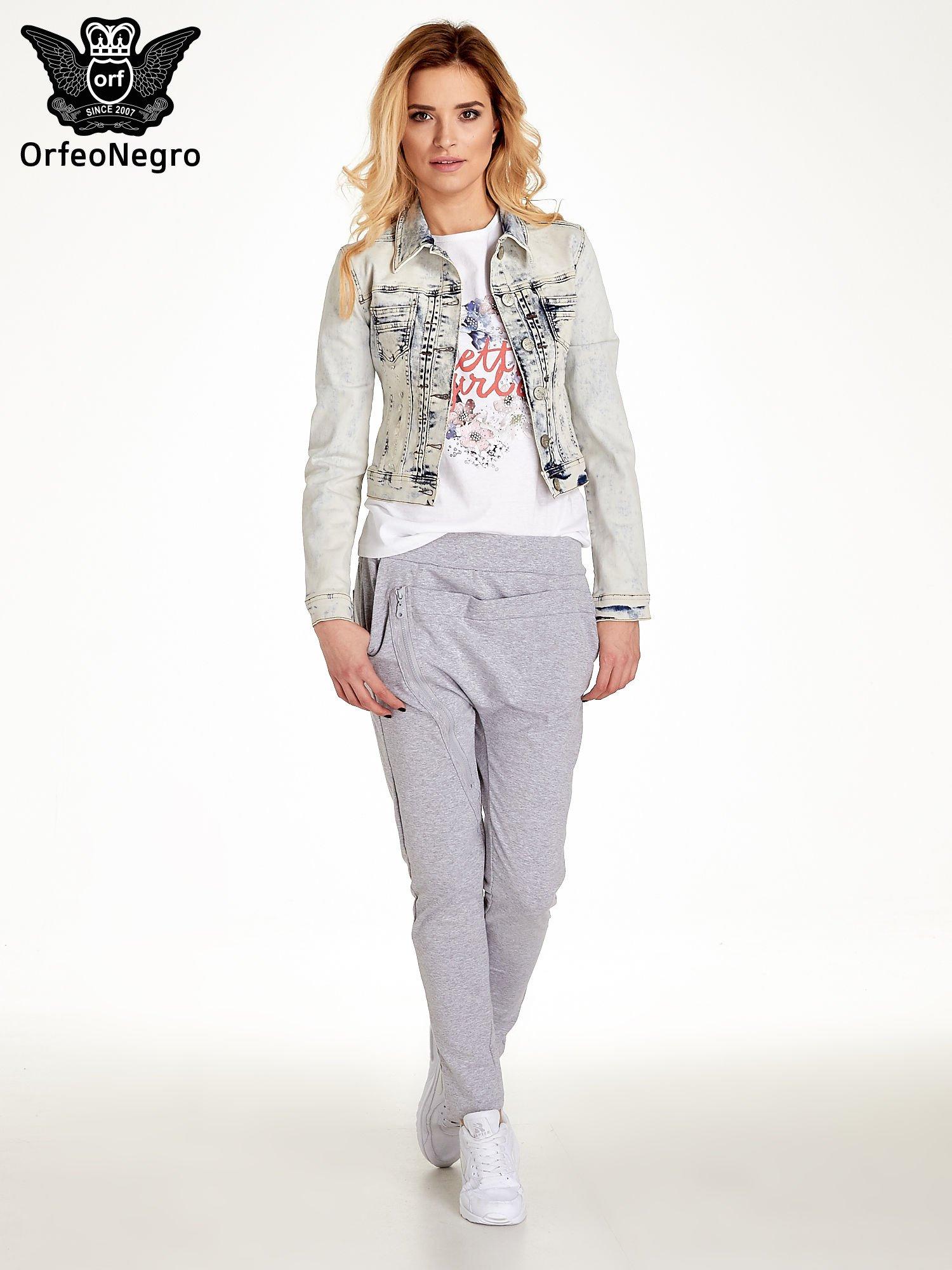 Jasnoniebieska kurtka jeansowa damska marmurkowa z kieszeniami                                  zdj.                                  2