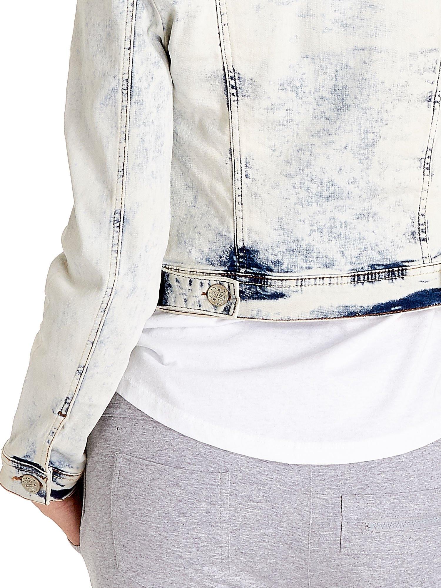 Jasnoniebieska kurtka jeansowa damska marmurkowa z kieszeniami                                  zdj.                                  7