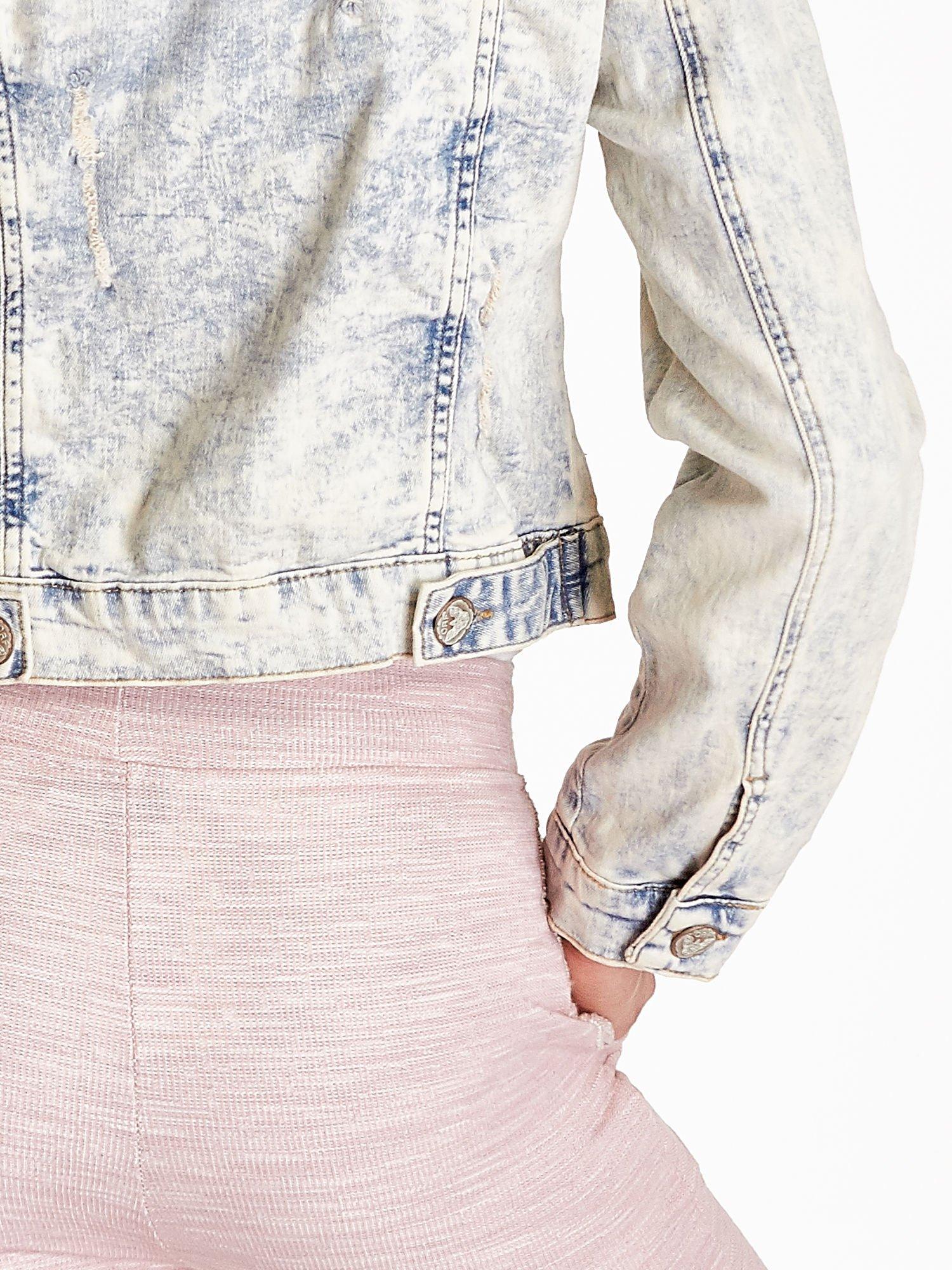 Jasnoniebieska kurtka jeansowa damska marmurkowa z kieszeniami na patki                                  zdj.                                  6