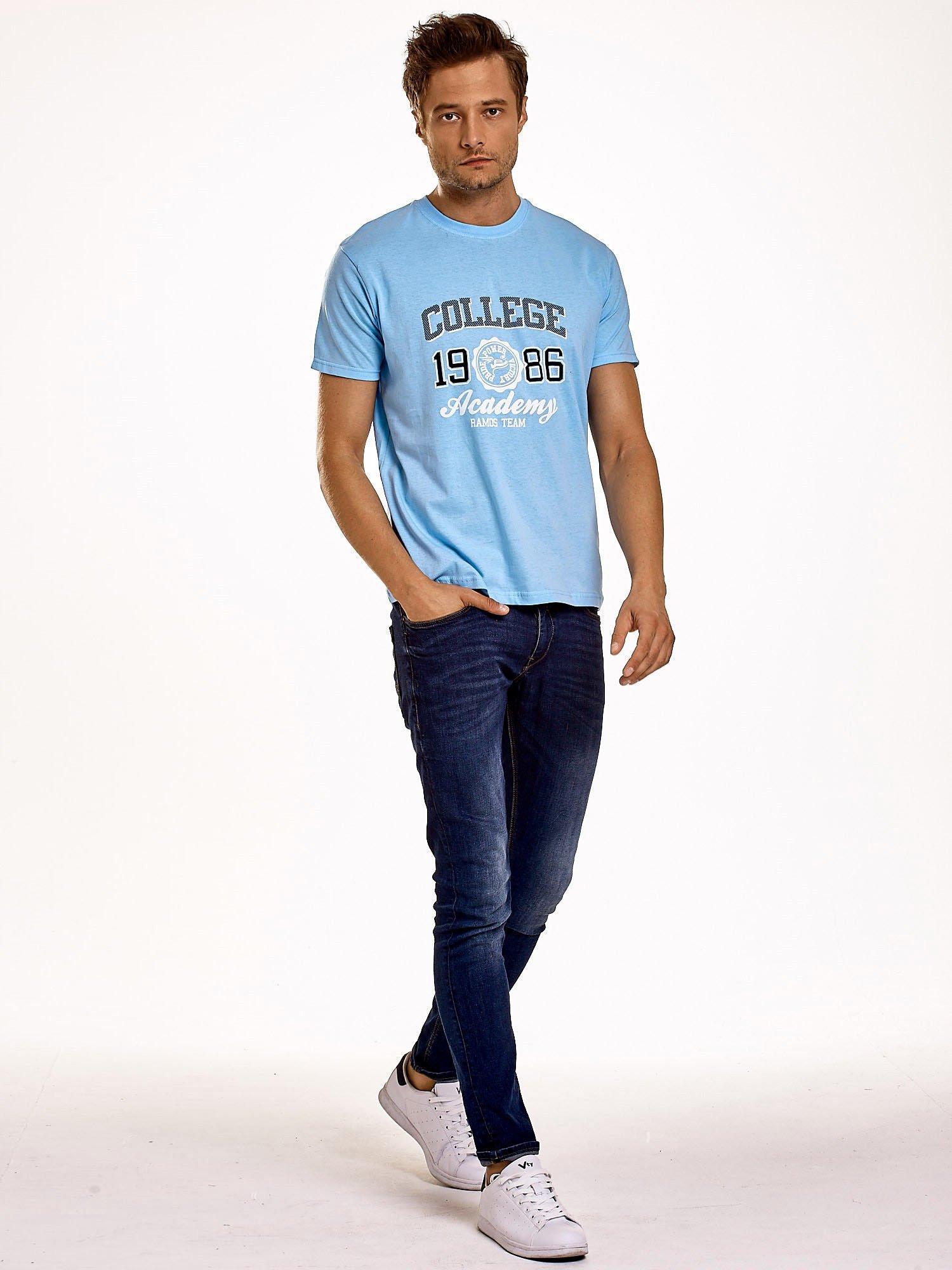 Jasnoniebieski t-shirt męski z nadrukiem i napisem COLLEGE 1986                                  zdj.                                  4