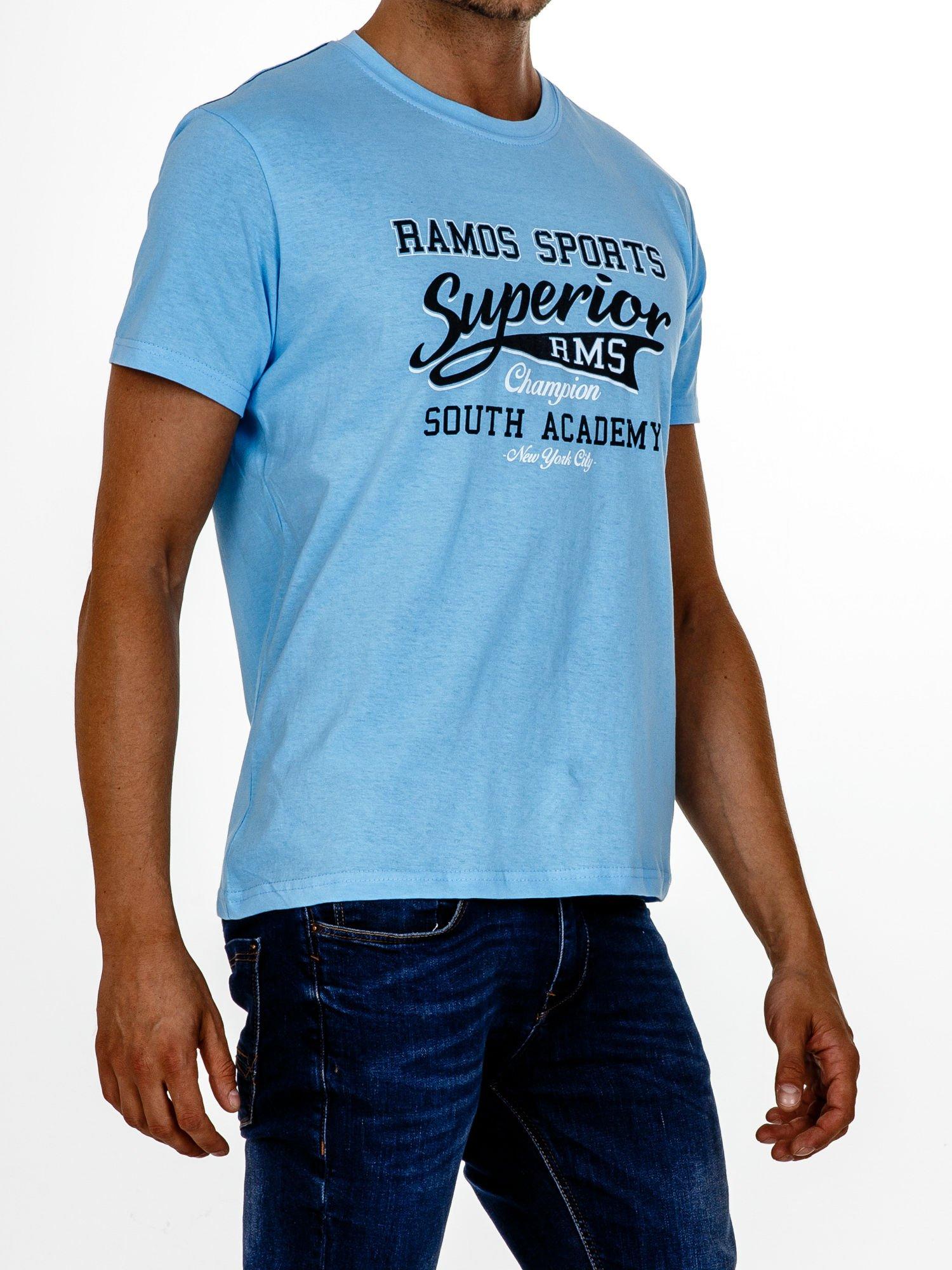 Jasnoniebieski t-shirt męski ze sportowym nadrukiem i napisem SUPERIOR                                  zdj.                                  3