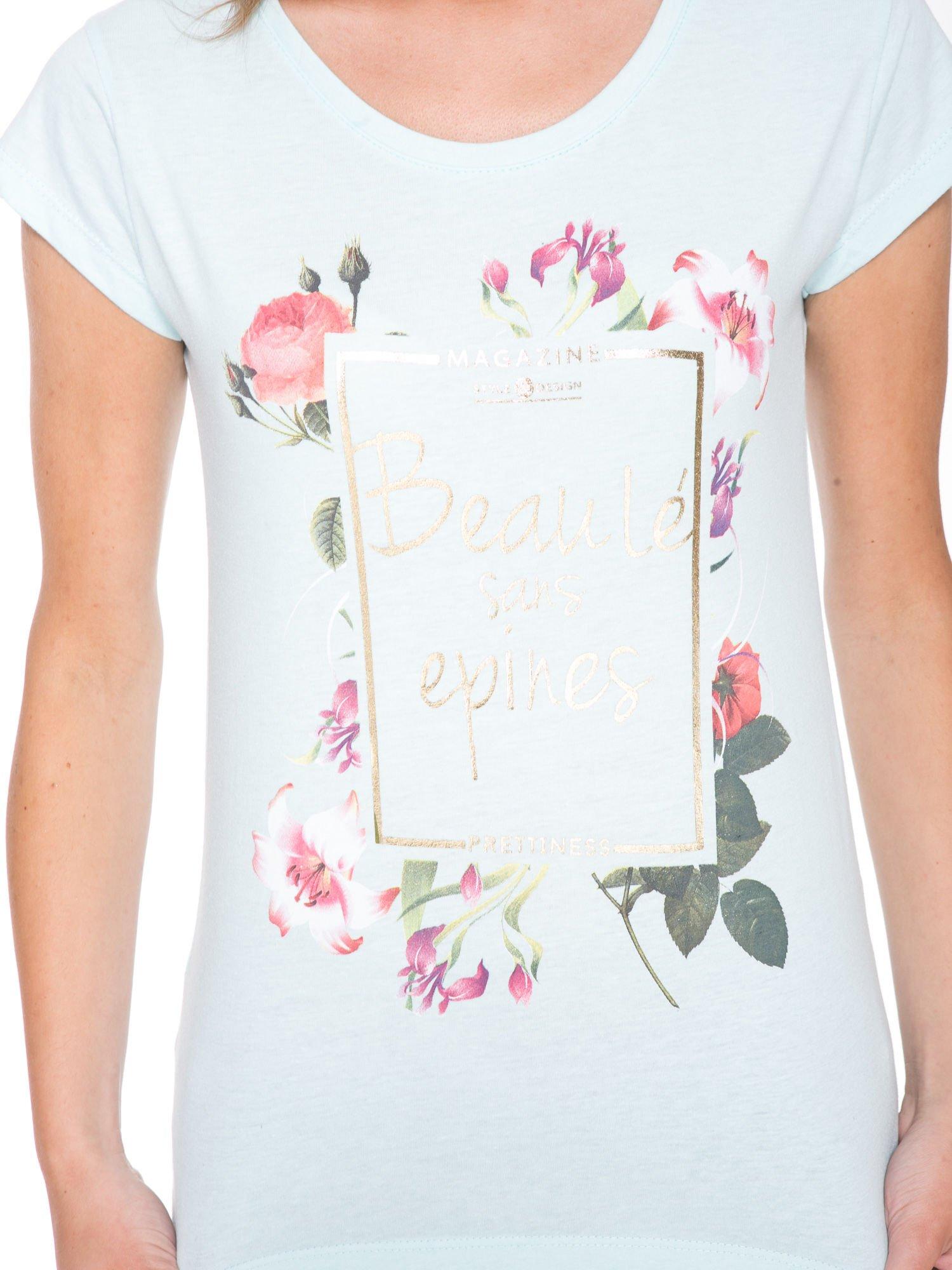 Jasnoniebieski t-shirt z kwiatowym nadrukiem i złotym napisem                                  zdj.                                  6