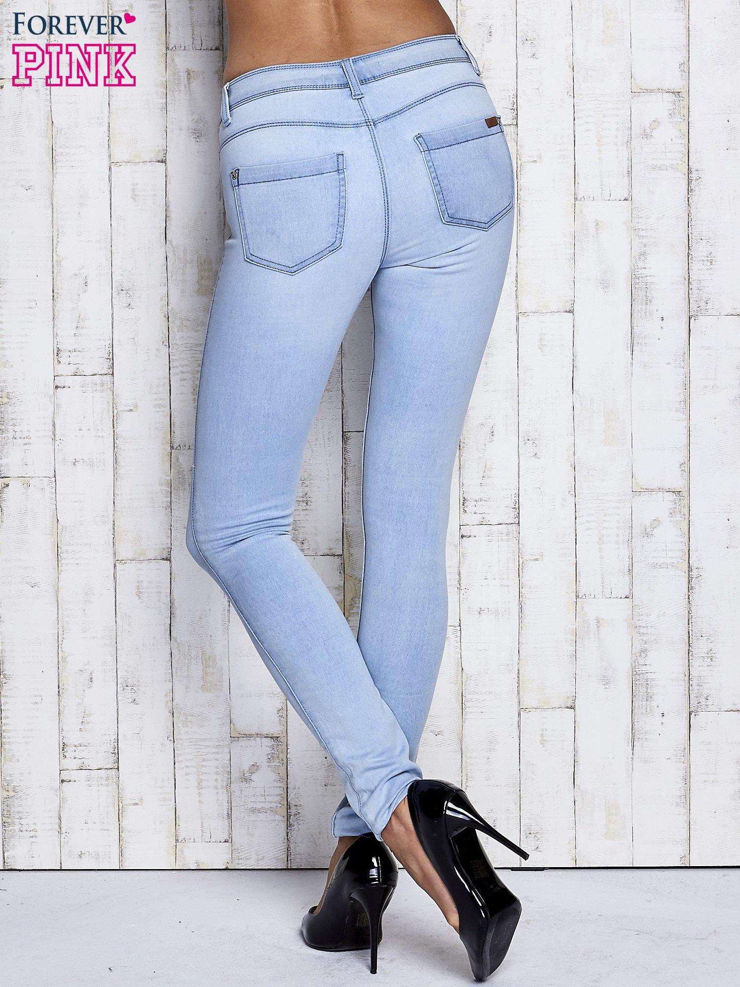 Jasnoniebieskie dopasowane spodnie jeansowe                                   zdj.                                  3