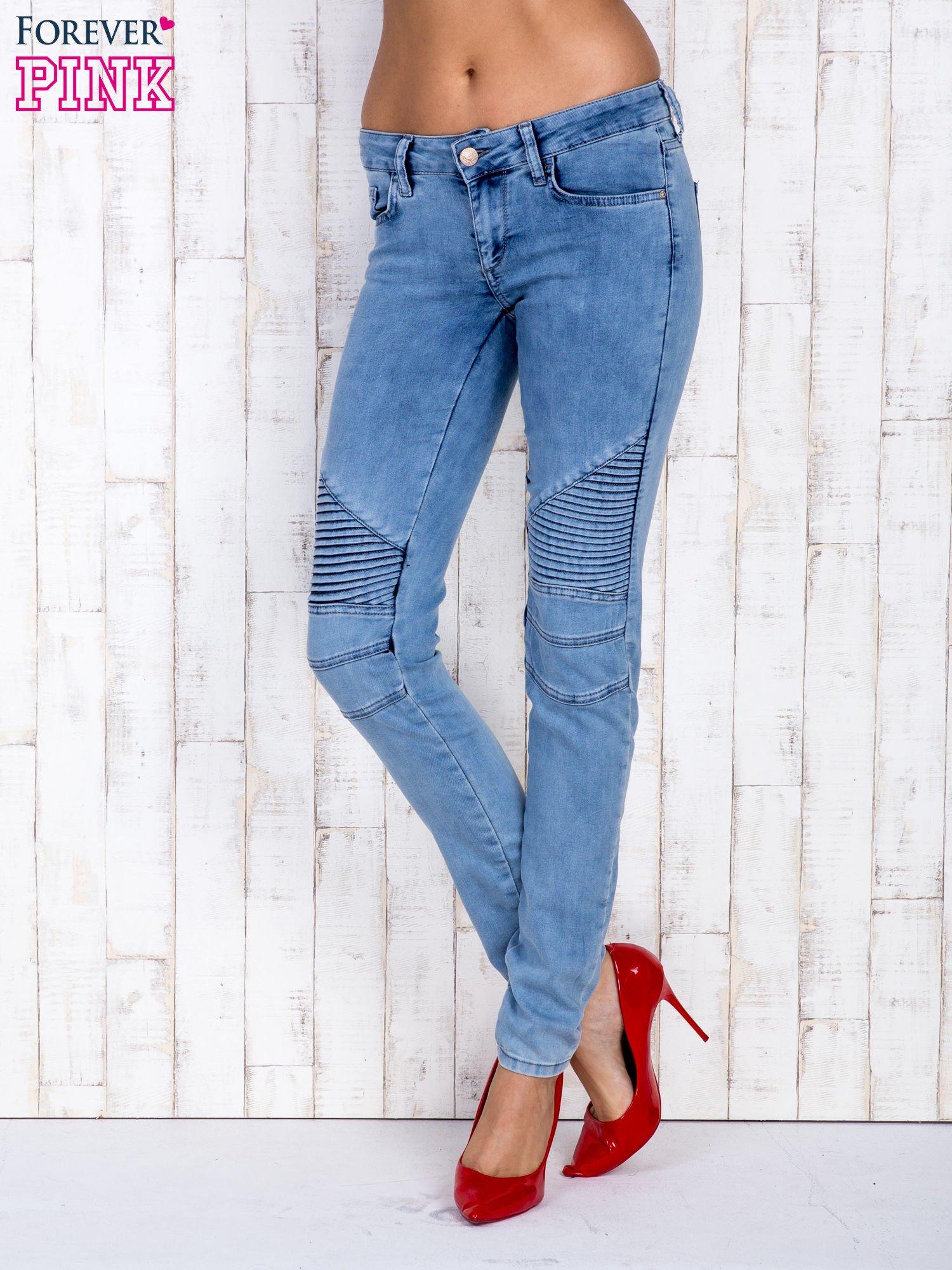 Jasnoniebieskie jeansowe spodnie ze wstawkami nad kolanami                                  zdj.                                  1