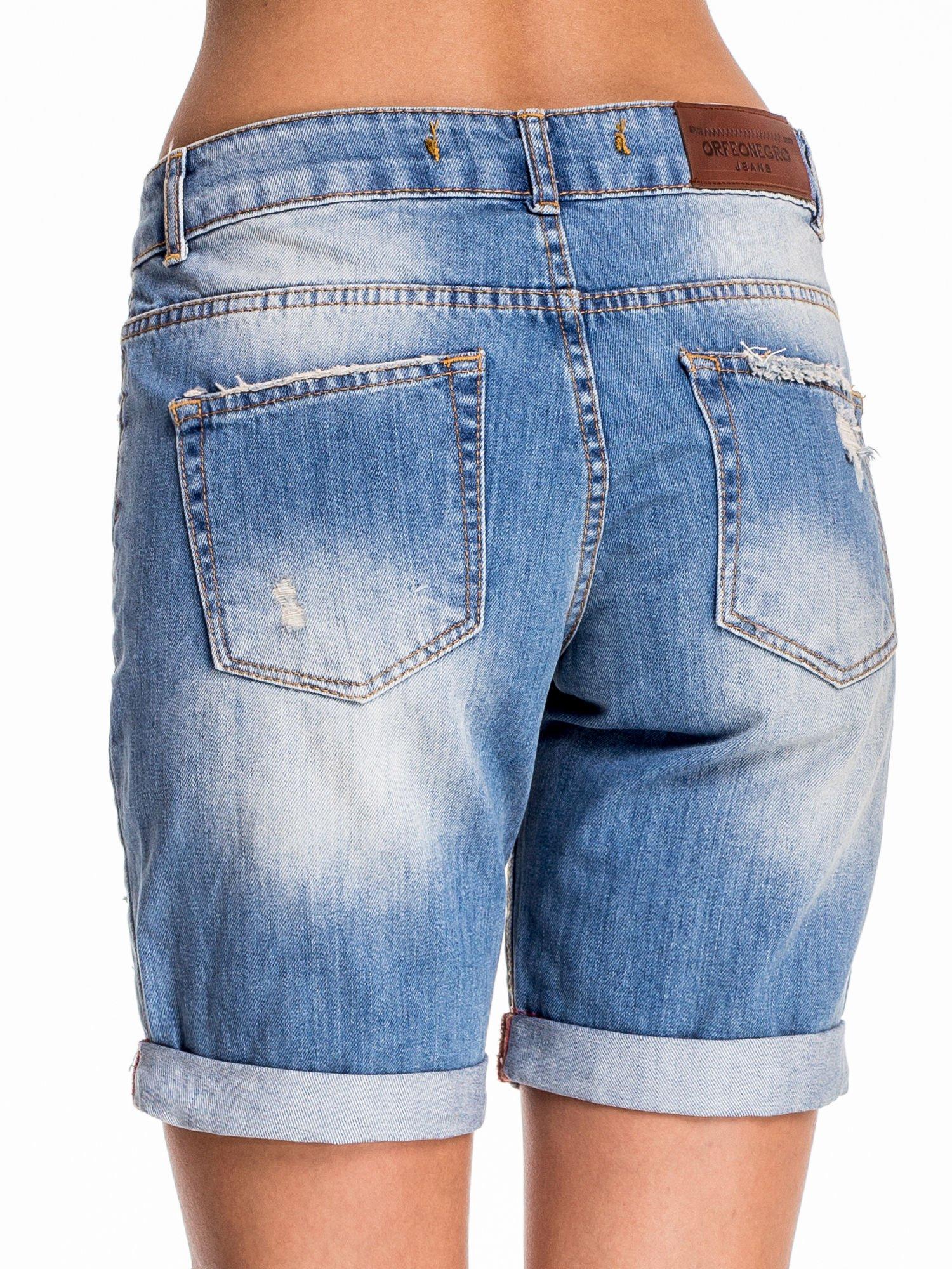Jasnoniebieskie jeansowe szorty z podwijaną nogawką                                  zdj.                                  4