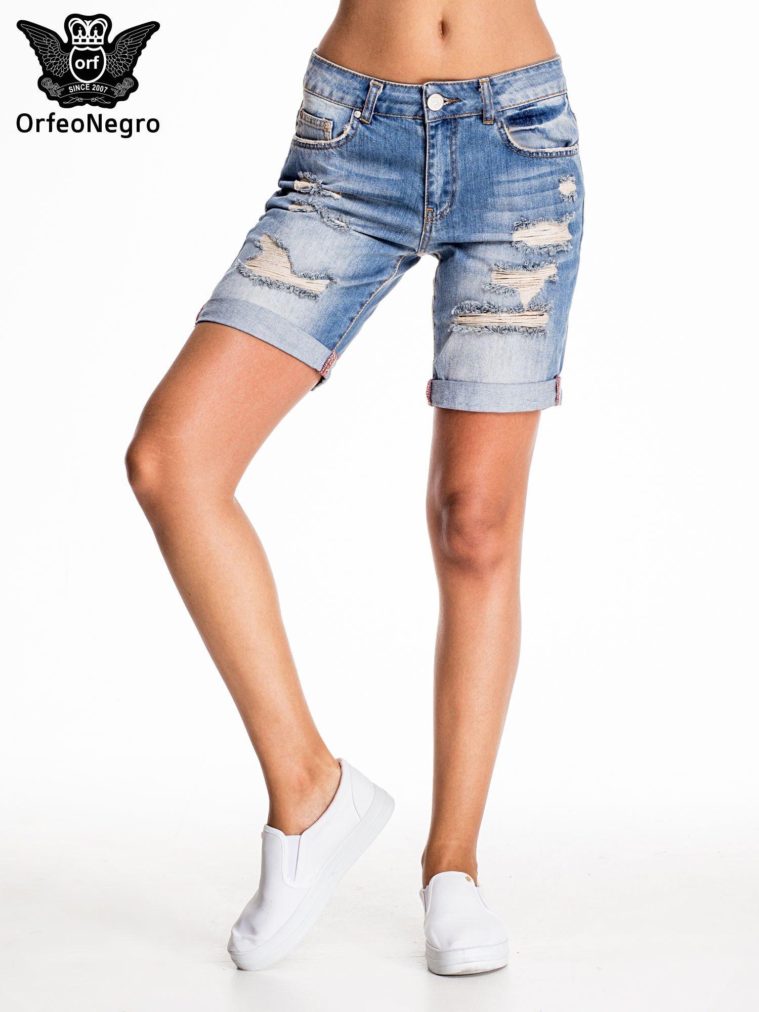 Jasnoniebieskie jeansowe szorty z podwijaną nogawką                                  zdj.                                  2