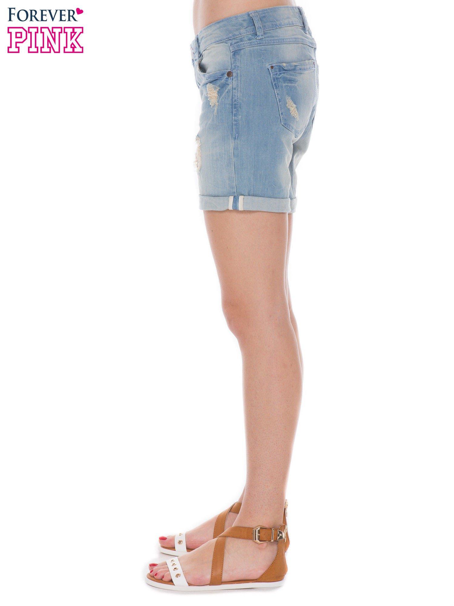 Jasnoniebieskie jeansowe szorty z podwijanymi nogawkami                                  zdj.                                  3