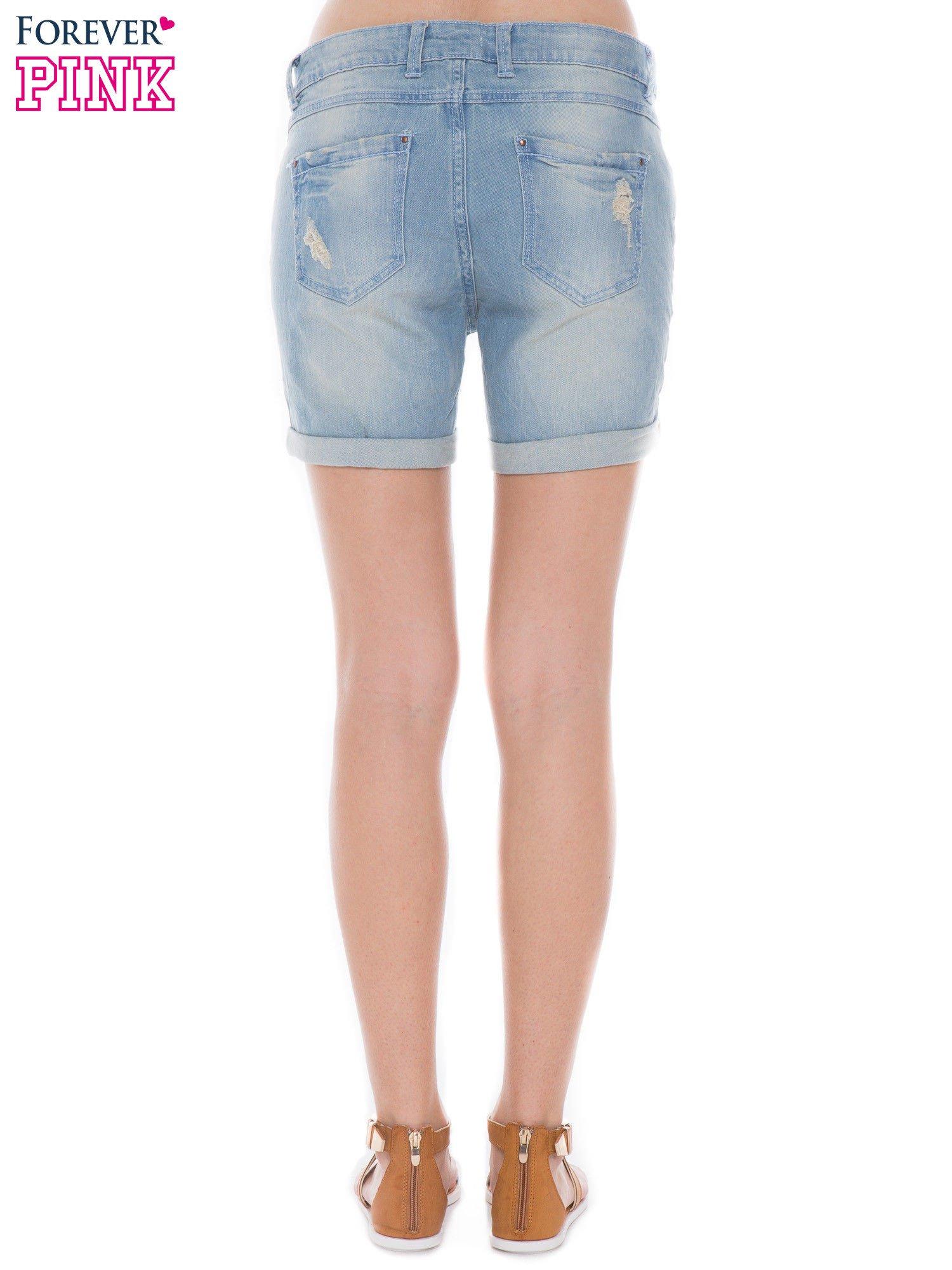 Jasnoniebieskie jeansowe szorty z podwijanymi nogawkami                                  zdj.                                  2