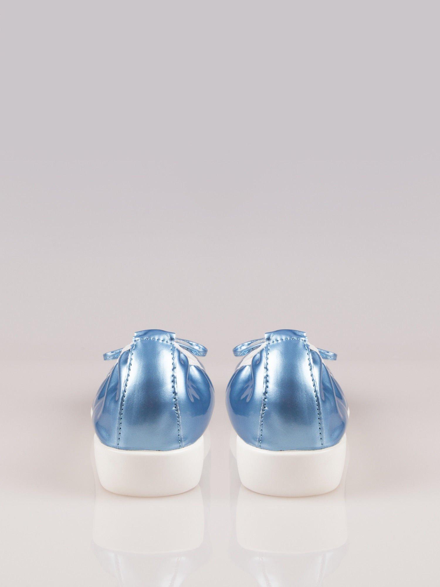 Jasnoniebieskie lakierowane baleriny Natty z białym noskiem na grubej podeszwie                                  zdj.                                  1