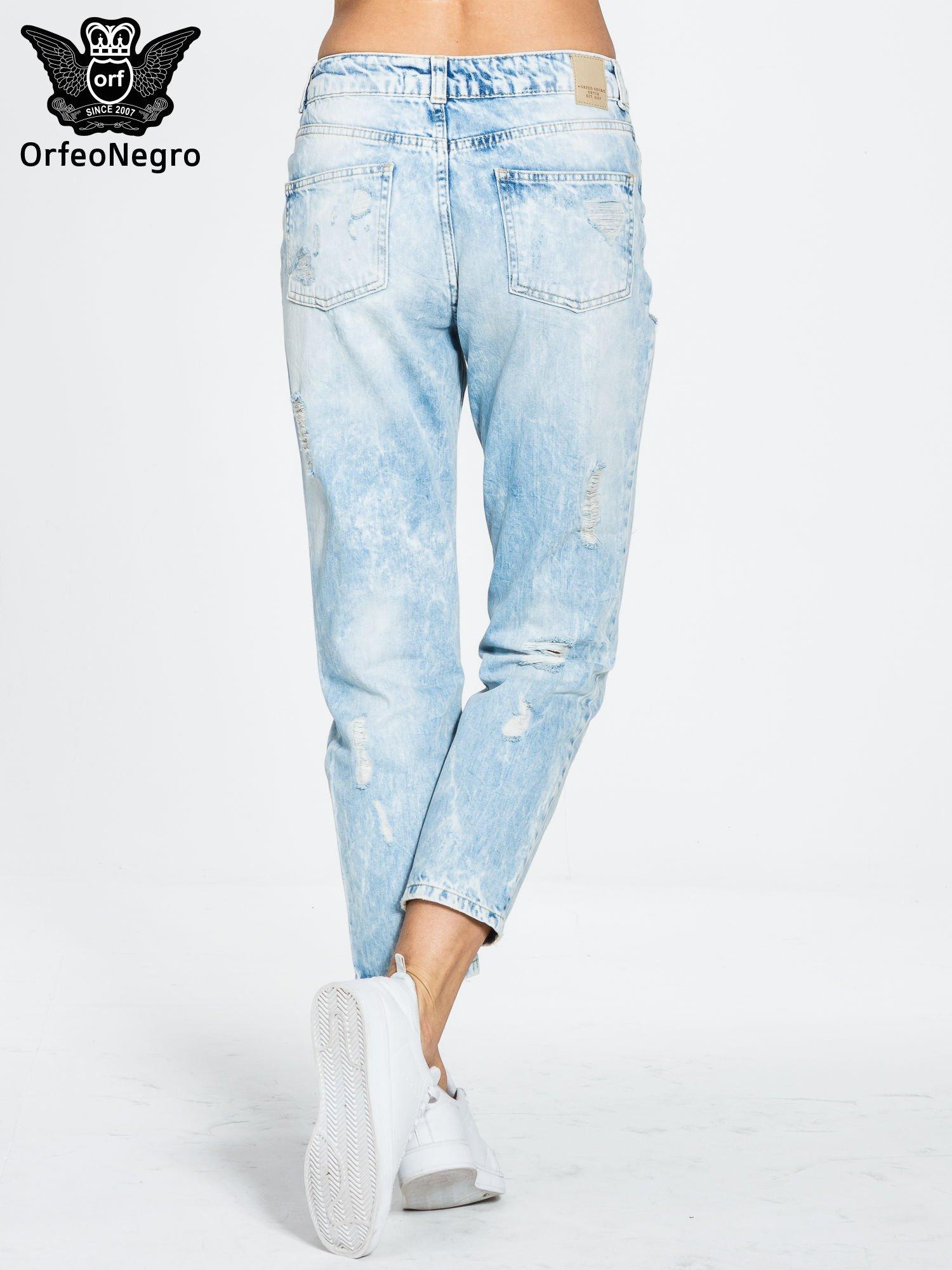 Jasnoniebieskie spodnie boyfriend jeans z przetarciami                                  zdj.                                  4