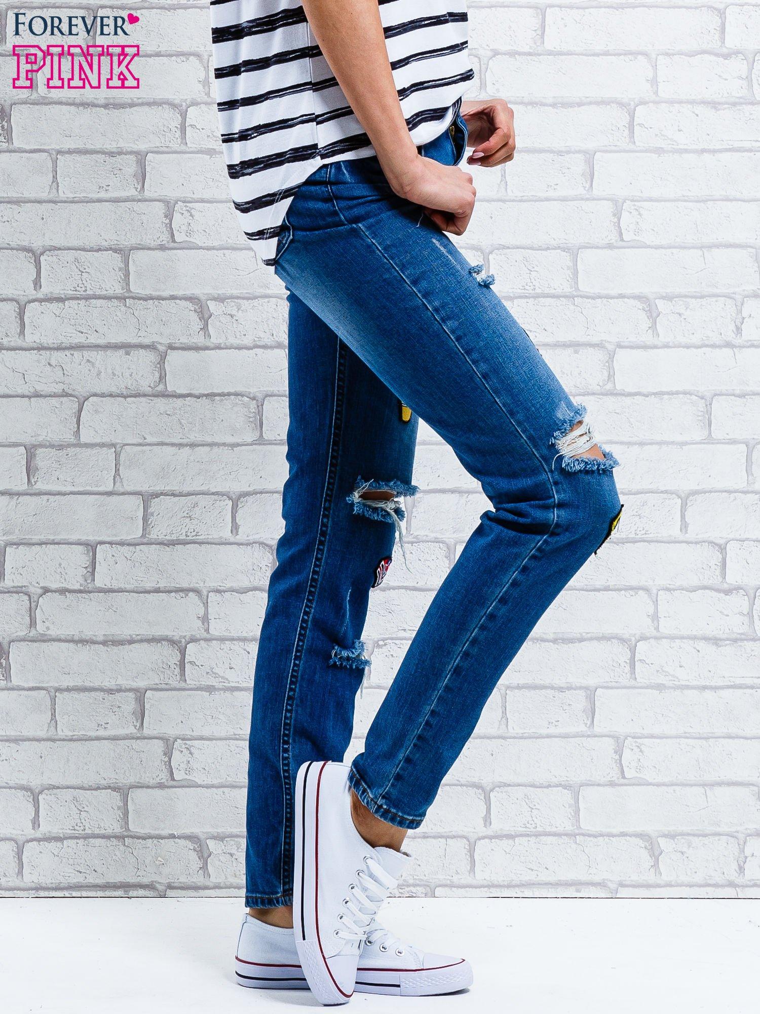 Jasnoniebieskie spodnie girlfriend jeans z naszywkami                                  zdj.                                  3