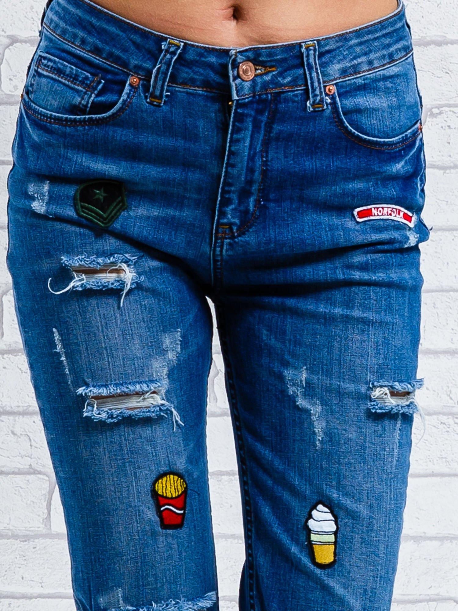 Jasnoniebieskie spodnie girlfriend jeans z naszywkami                                  zdj.                                  5