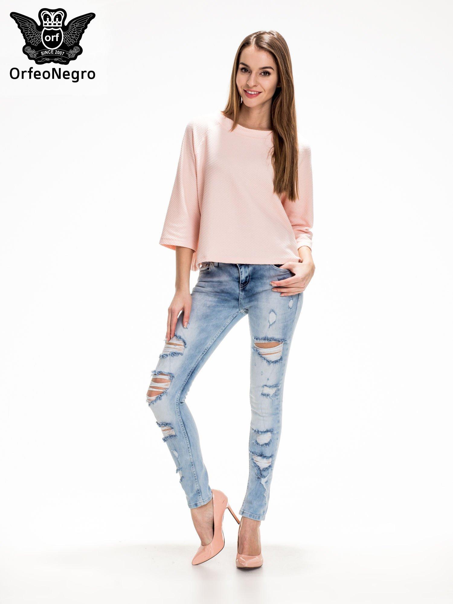 Jasnoniebieskie spodnie jeansowe rurki z rozdarciami i przetarciami                                  zdj.                                  2