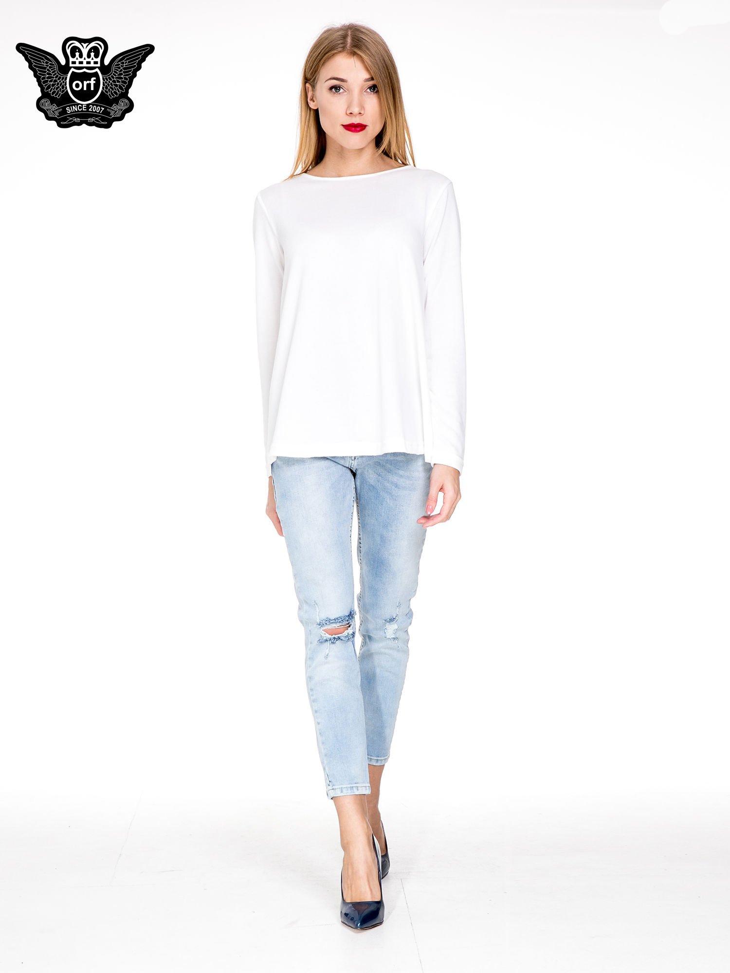 Jasnoniebieskie spodnie jeasnowe o prostej nogawce z rocięciem na kolanie                                  zdj.                                  2
