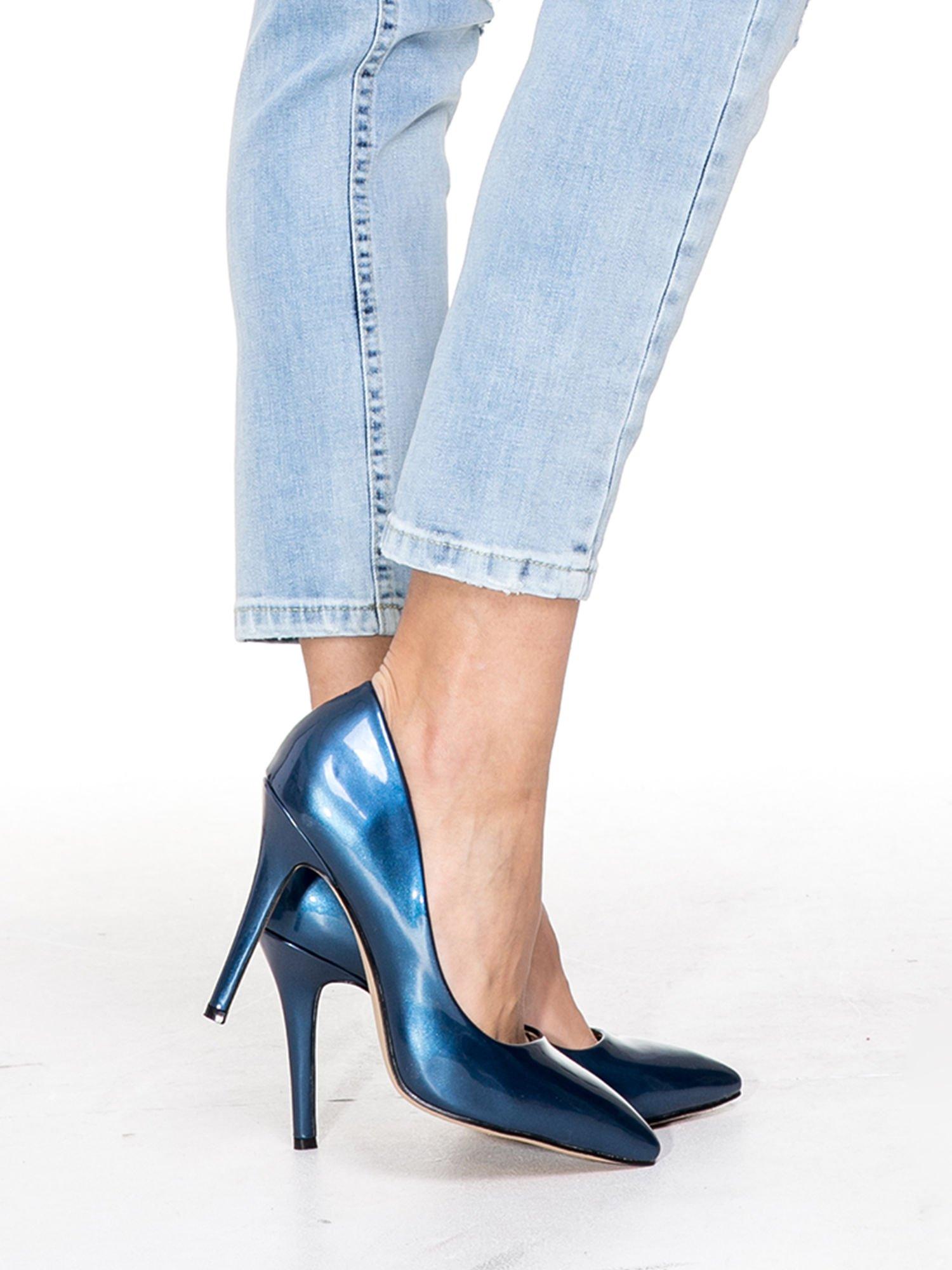 Jasnoniebieskie spodnie jeasnowe o prostej nogawce z rocięciem na kolanie                                  zdj.                                  7